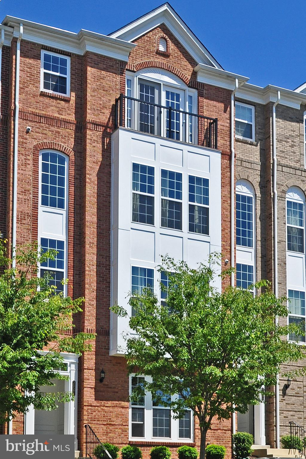 Stunning 3 Bedroom, 2.5 Bath Townhome Style Condo in Sought after Goose Creek! Bright Open Floorplan