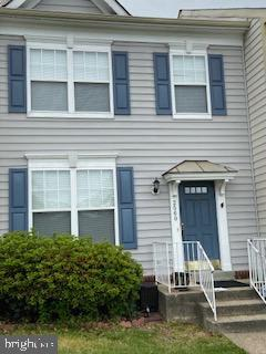 Stunning 2300+ square foot three level townhouse in exclusive River Oaks subdivision. This place is