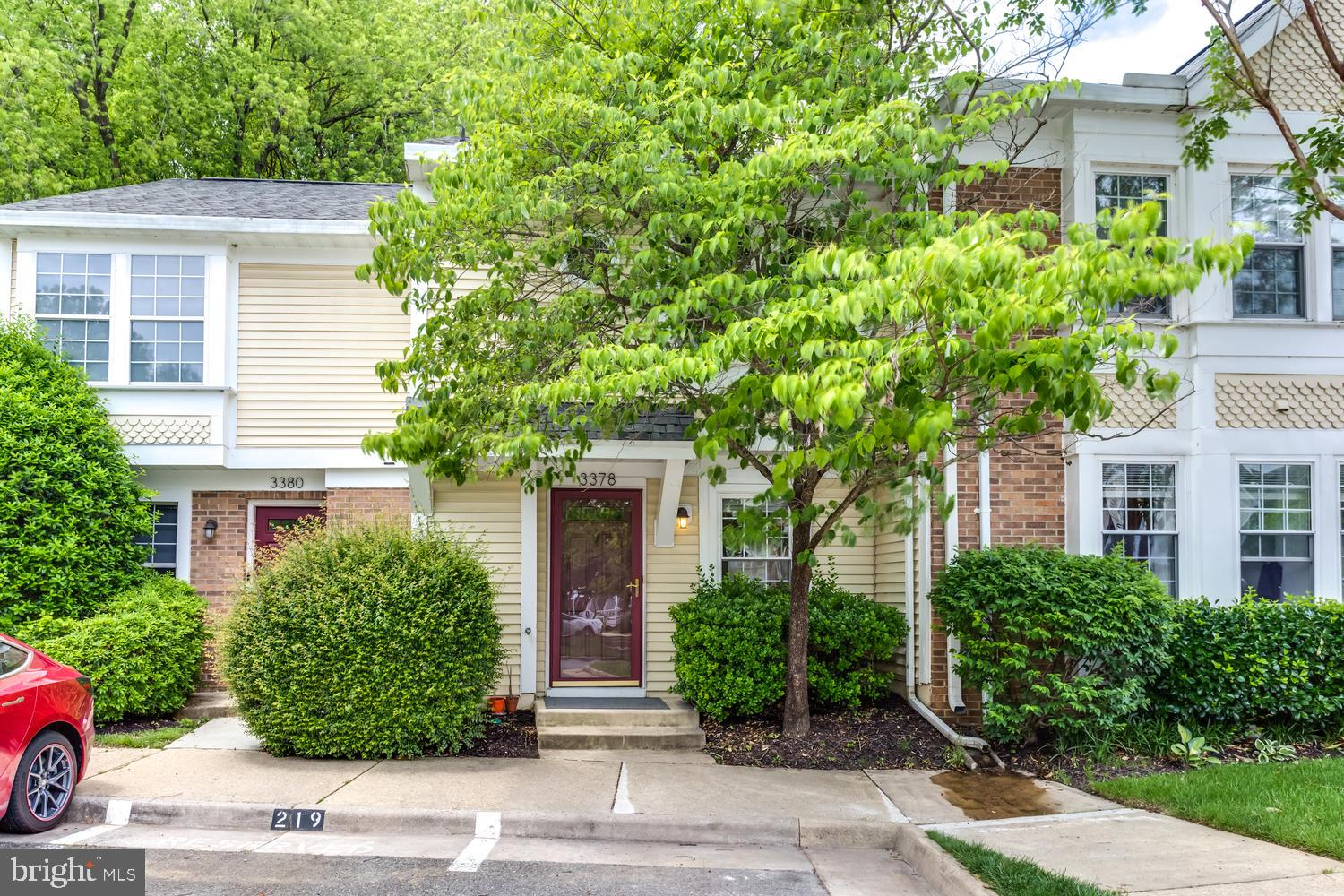 This 2 level craftsman style condo, which consists of 2 BR and 2.5 BA, is conveniently located off o