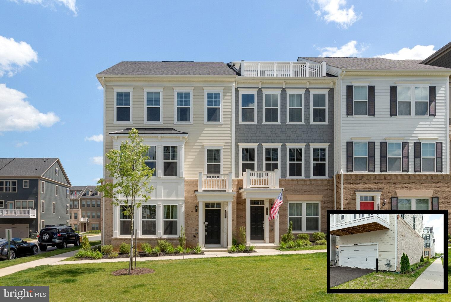 This is the best price end unit townhome in Potomac Shores. Tenants leaving by the end of the month.