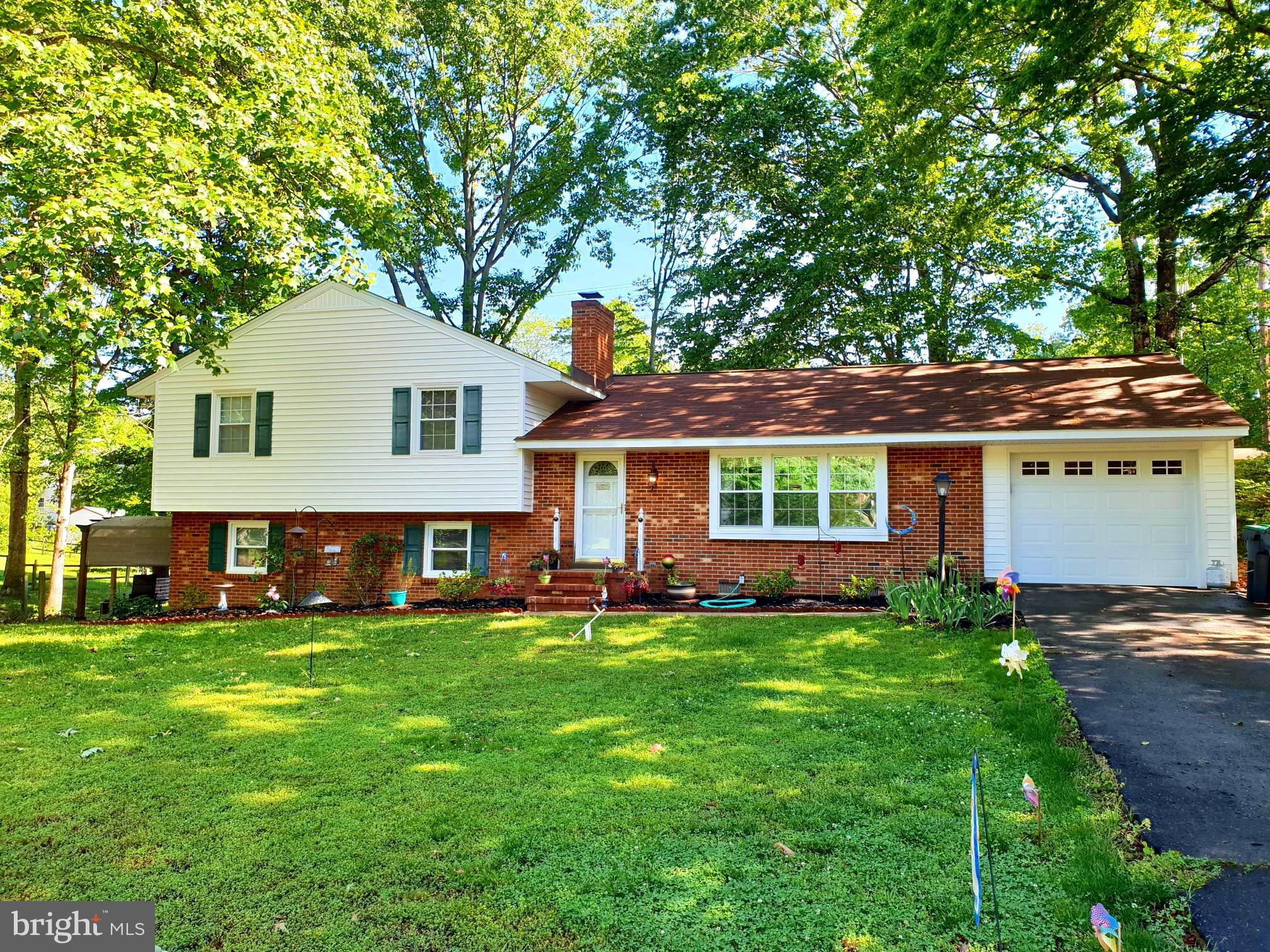 This beautiful split level home has  a great location.  Conveniently located in Clearview Heights ac
