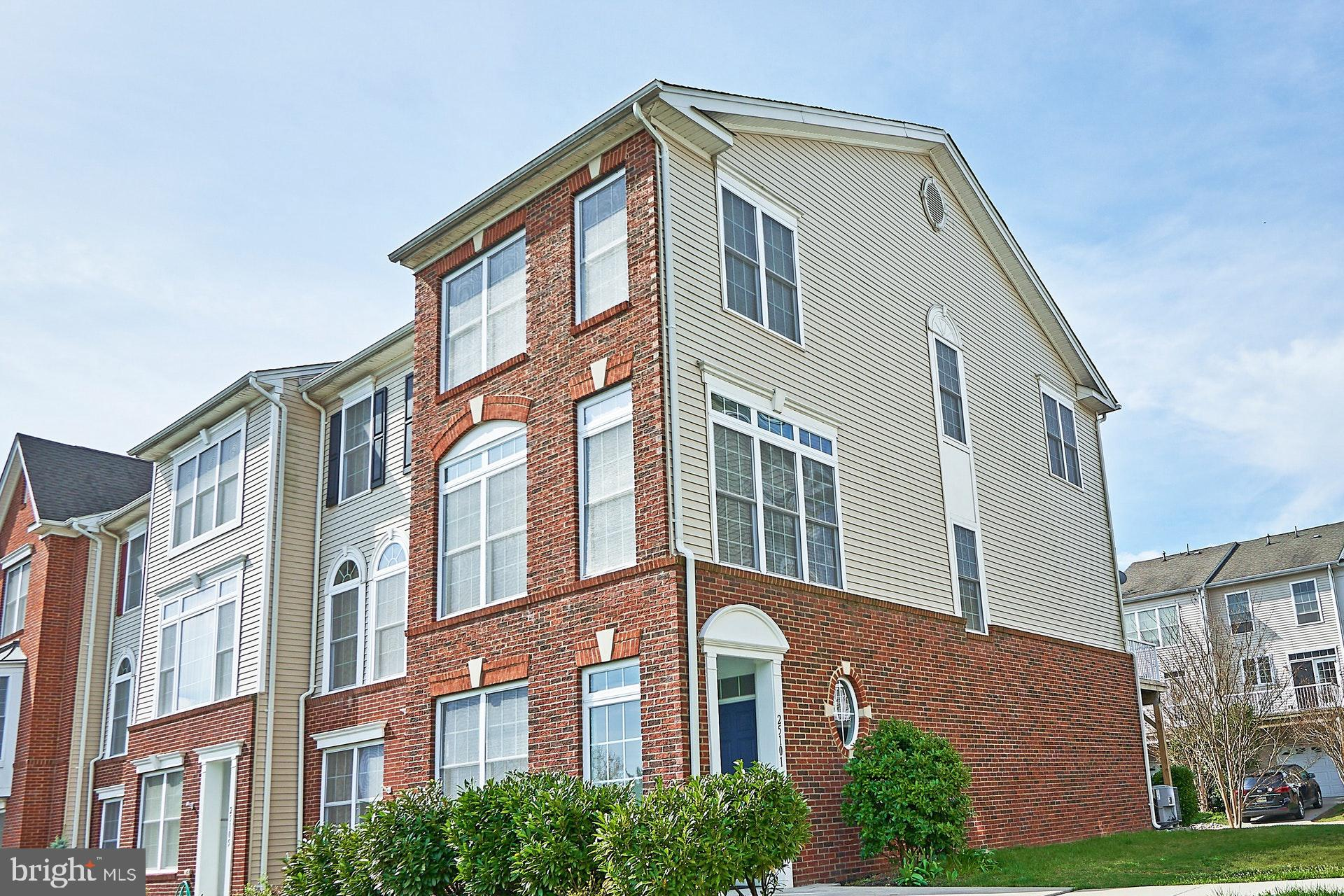 Immaculately kept 3BR, 3.5BA end-unit townhome (non-condo!) in prime location of South Riding. Hardw
