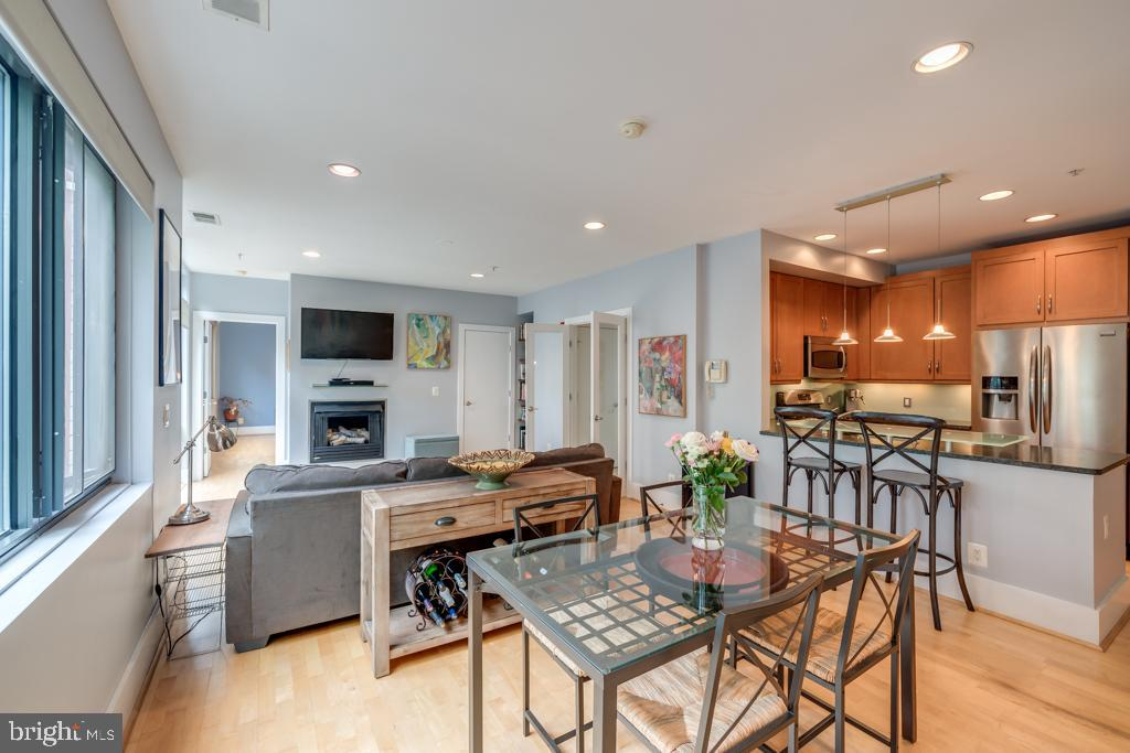 Gorgeous 1BR+den at the Villaggio. Bright living and dining area (with a wall of windows!)  is perfe
