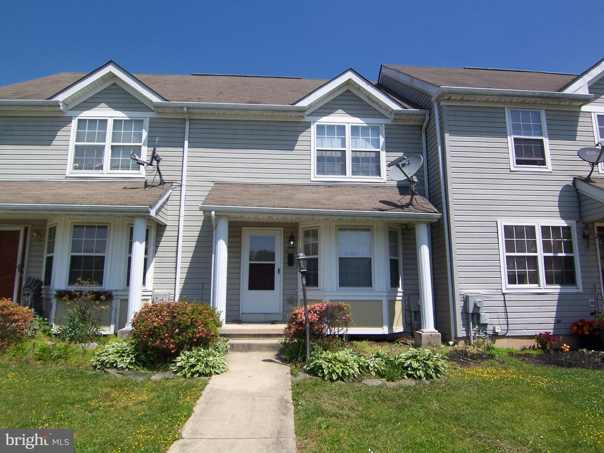 Great 3 bedroom 1.5 bath town home! Pass through window in kitchen to make entertaining easy! NEW ca