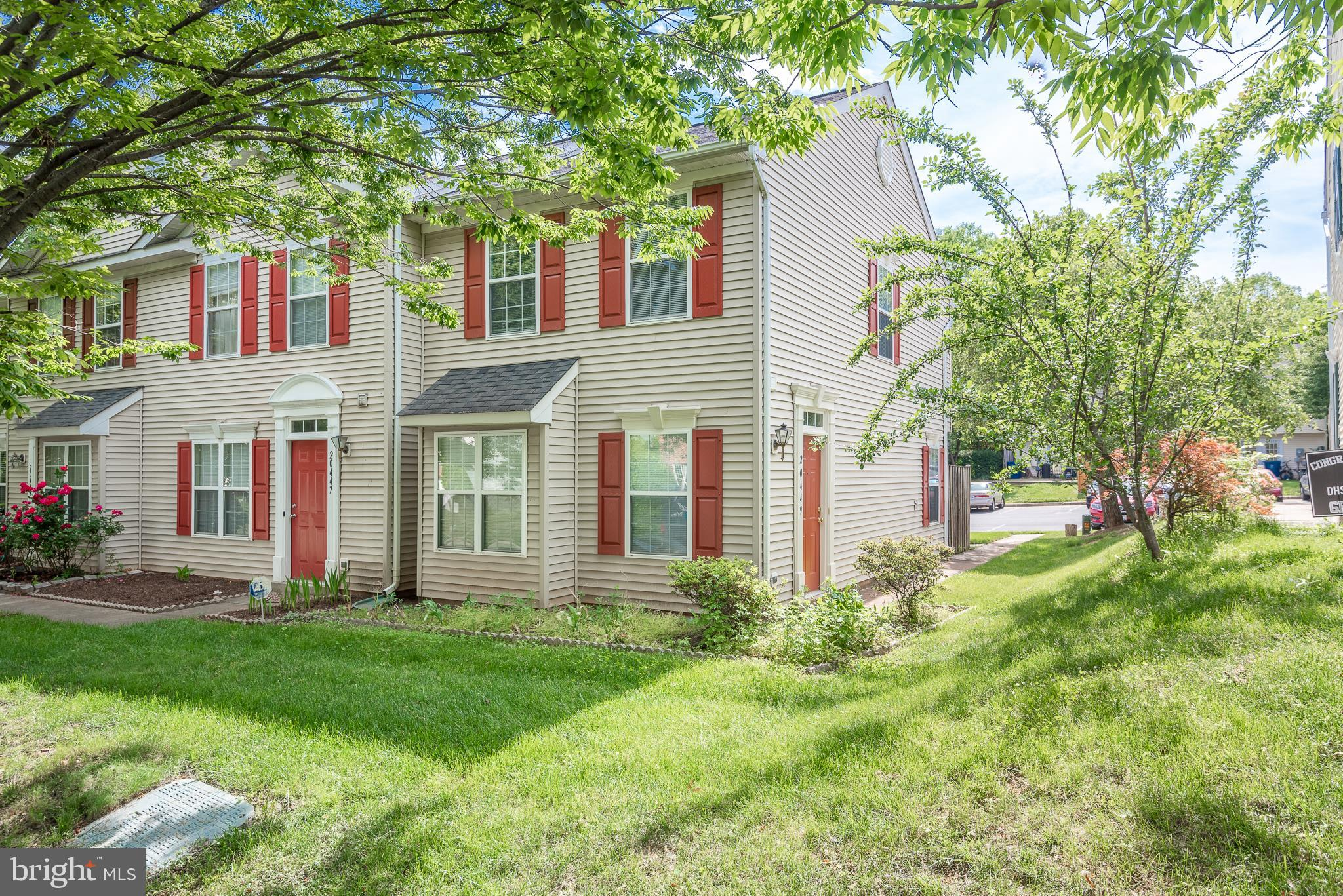 Look no further! This corner townhome in the sought-after River Crest community is the one! Beautifu