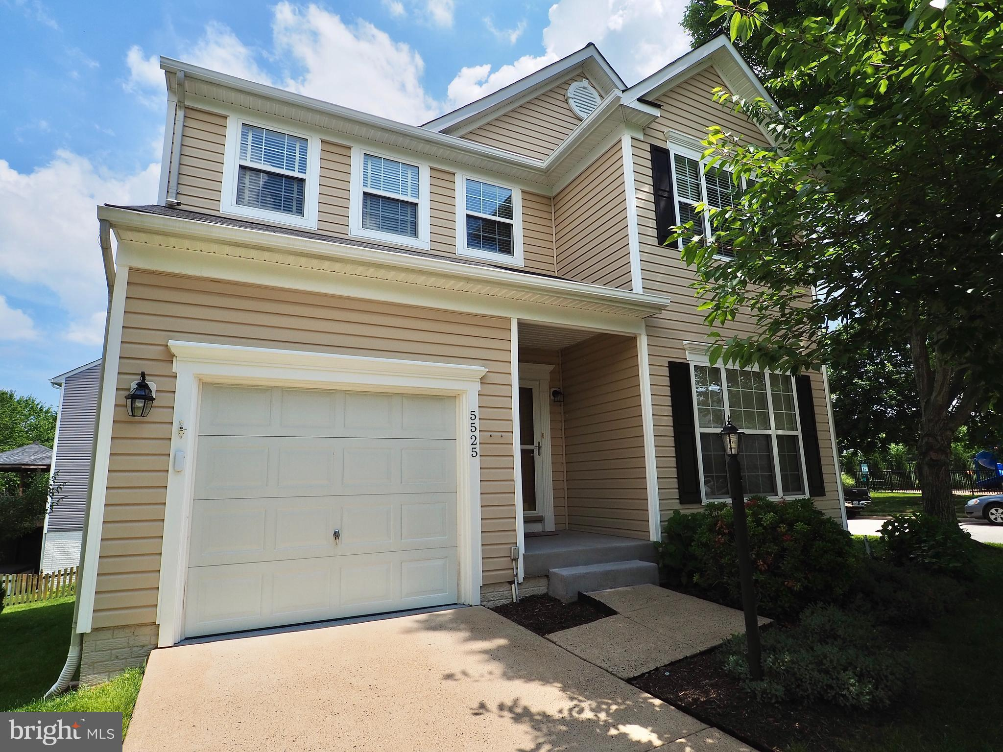 NICE COLONIAL ON CORNER LOT IN HIGHLY DESIRED ASHLAND COMMUNITY***THIS HOME FEATURES HARDWOODS  ON E