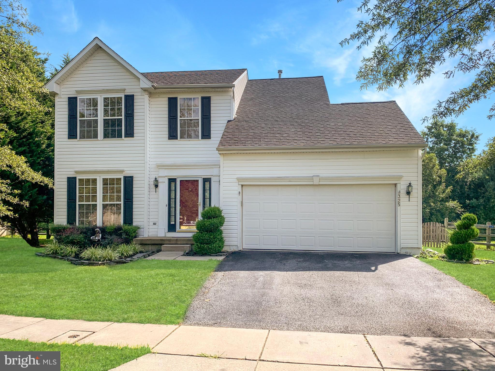 Welcome to the popular community of Chapel Run! Nicely landscaped 3 bedrooms and 2 1/2 bathrooms col