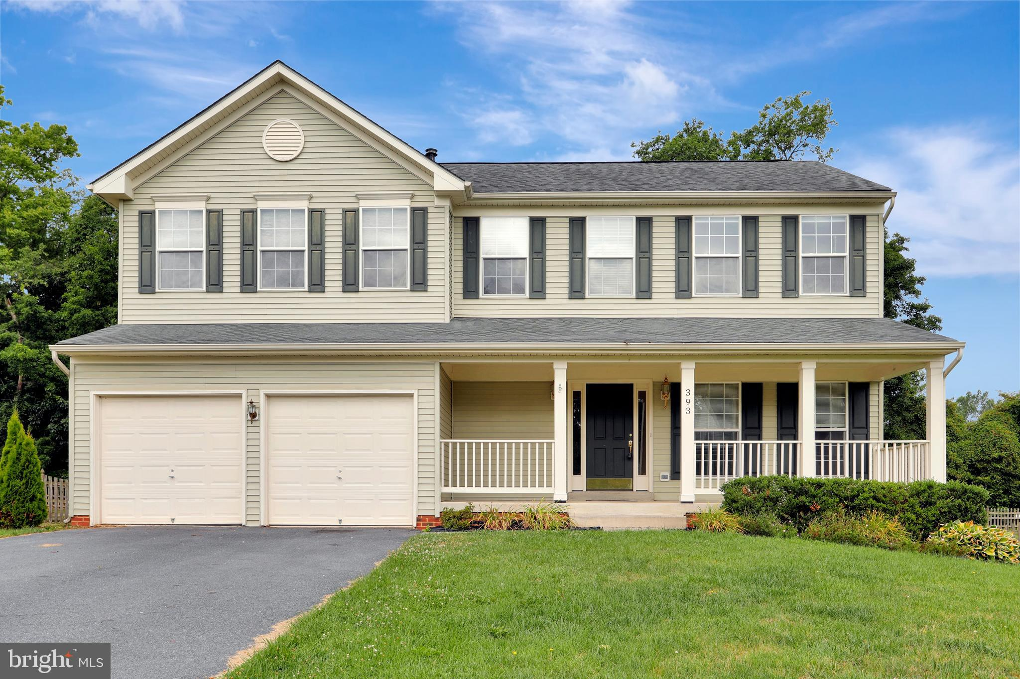 Don't miss the opportunity to own in sought after Locust Hill Golf Course community.  Freshly painte
