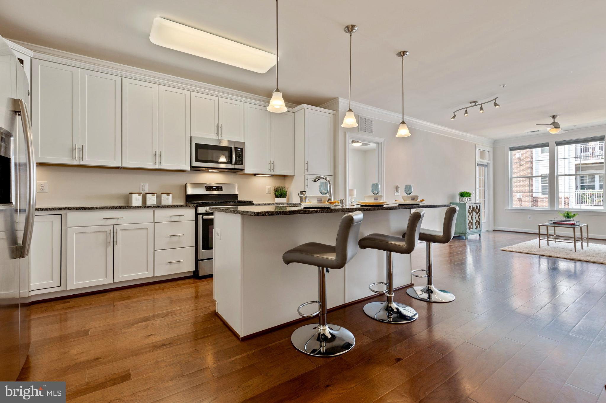 Beautifully maintained 2 bed, 2 bath unit in the charming Discovery Square community. Metros coming