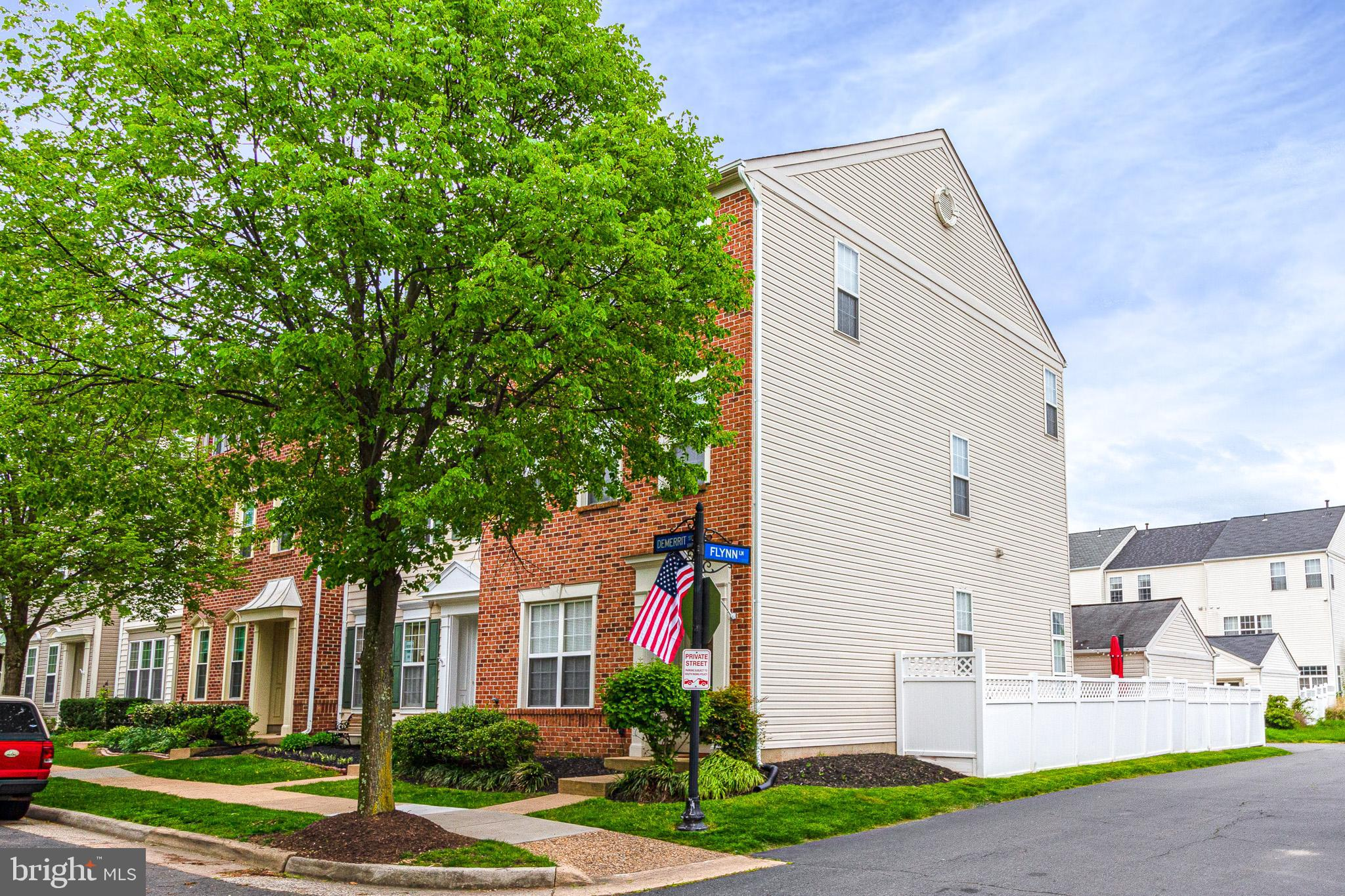 Stunning Miller & Smith Regents model in the heart of South Riding! Spacious 3BD/3BA brick-front end