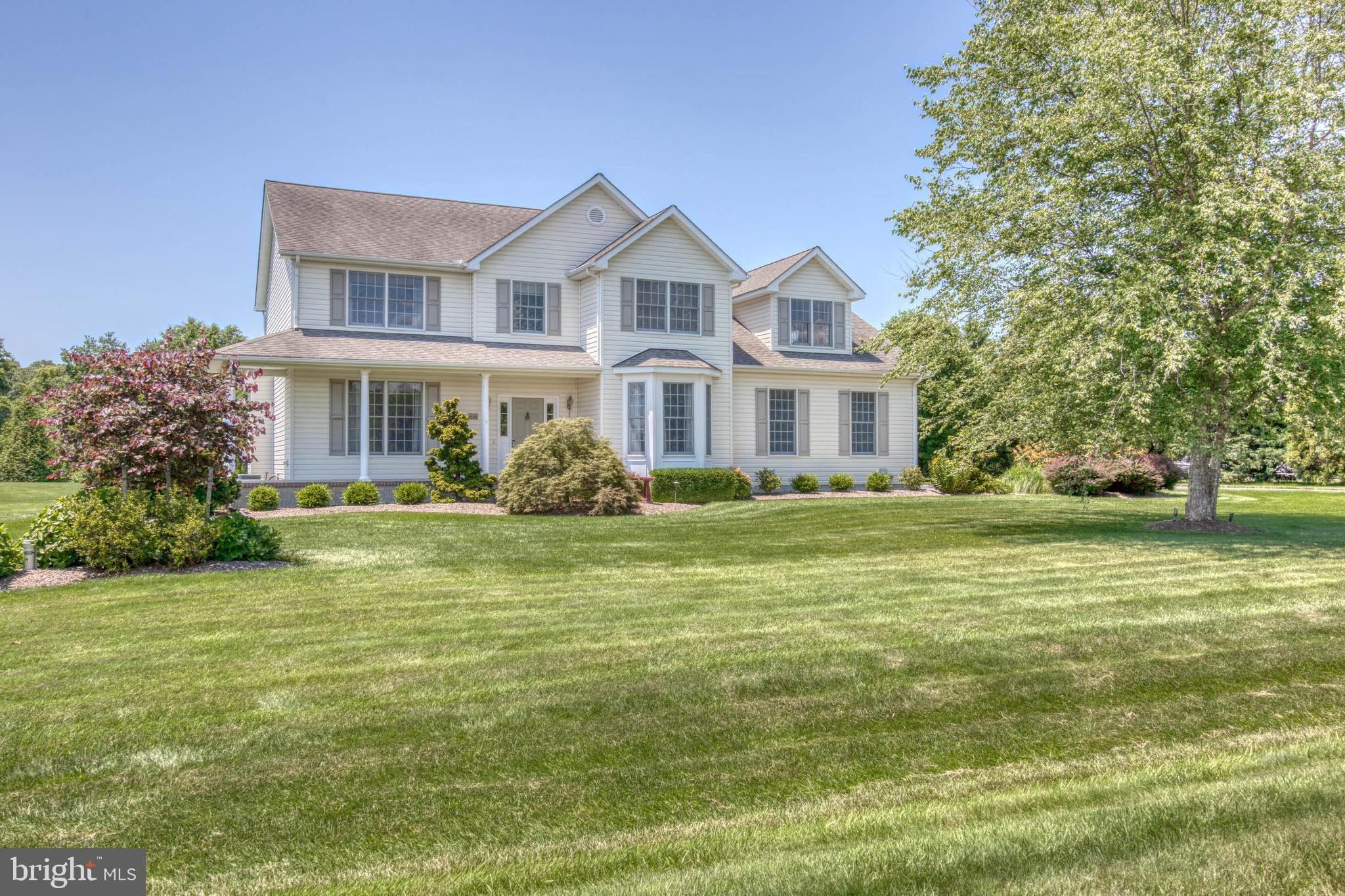Situated on 1.25+/- country quiet acres in the Hollingsworth community just minutes to Centreville,