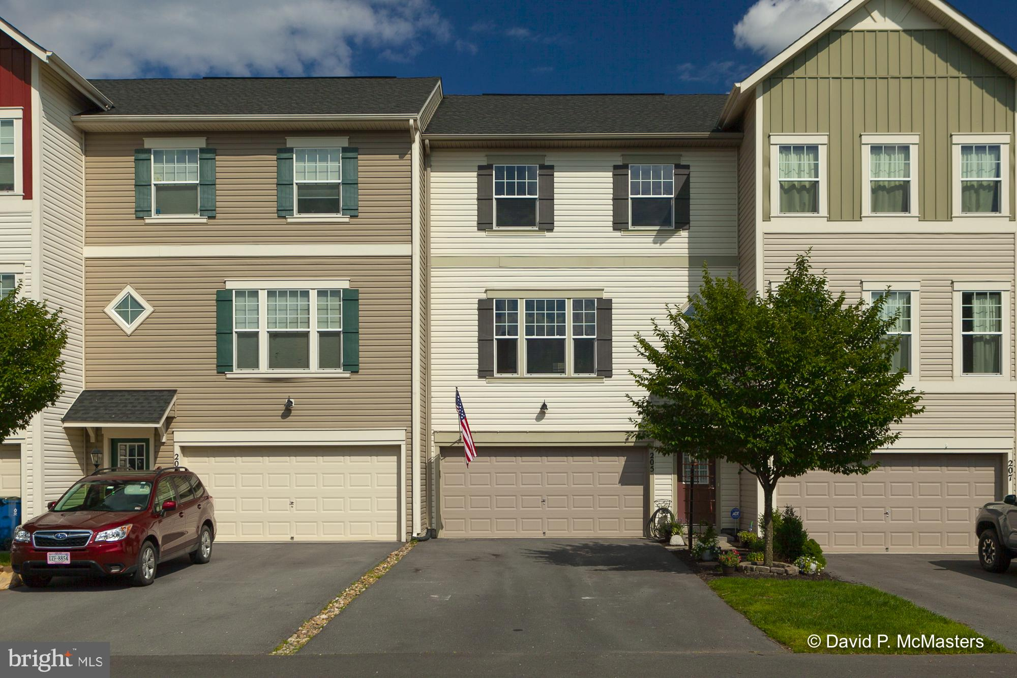 Meticulously maintained townhome in the sought after community of Snowden Bridge.  This townhouse fe