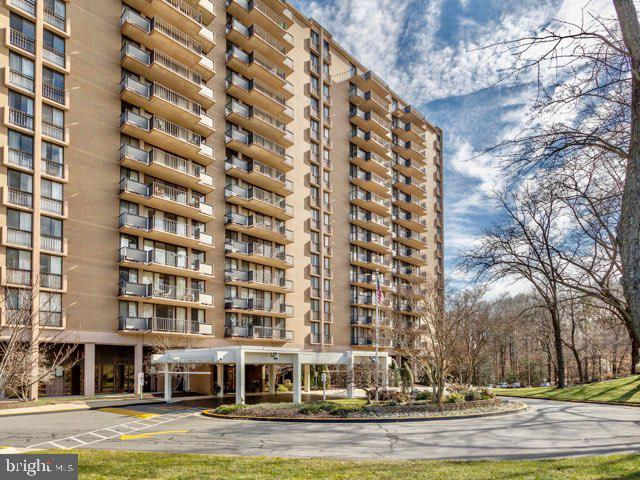 Spacious and bright terrace level unit in the amenity rich Westchester Park! Condo fee includes all