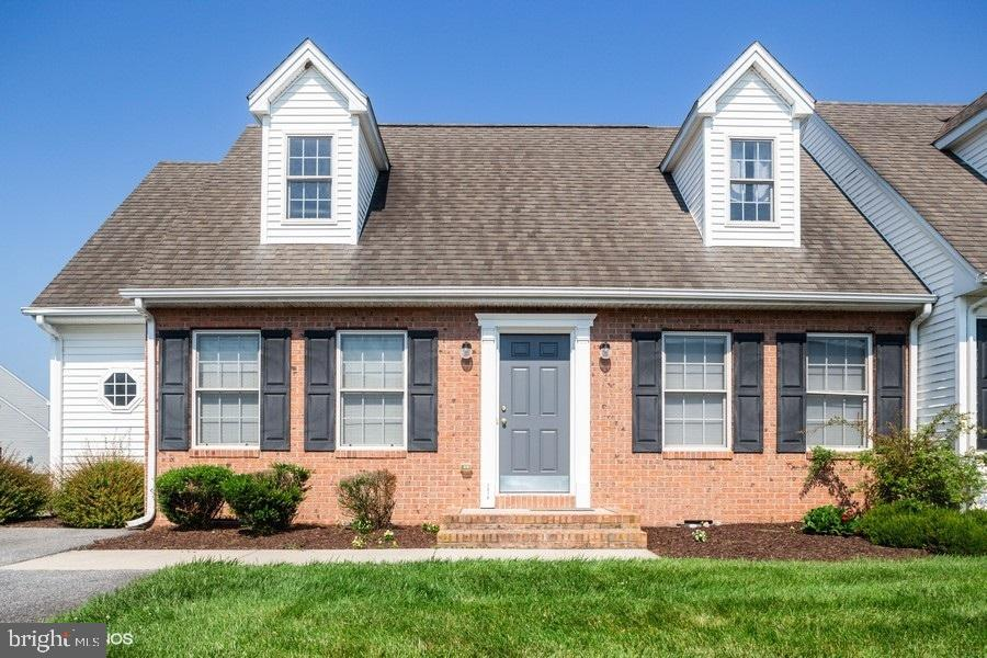 Beautiful move in ready duplex with HOA that includes lawn care and irrigation. The first floor feat