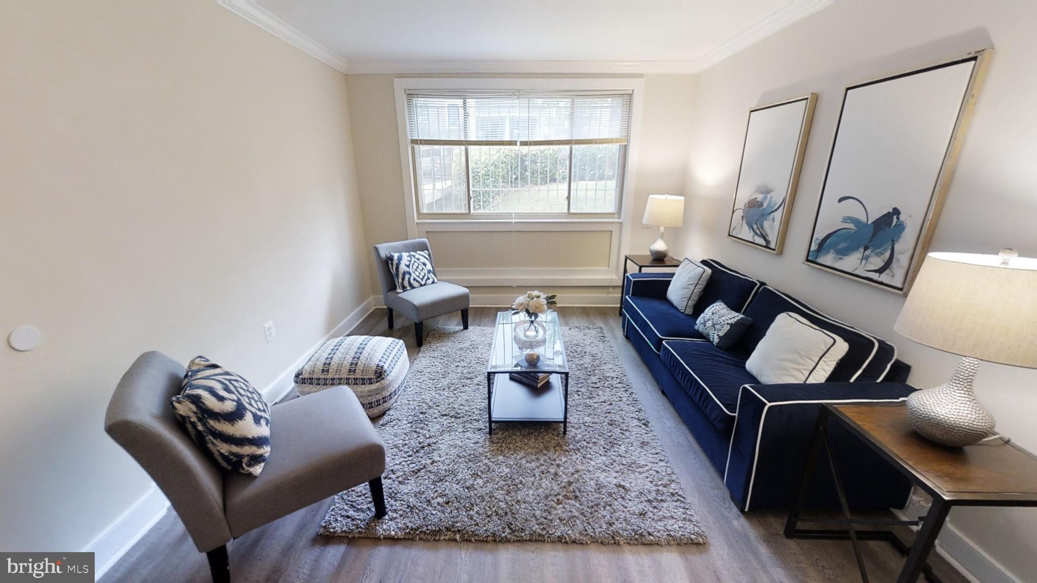 Newly renovated 2 Bed 1 bath condo. A prime location , perfect for commuters, for easy access to dow