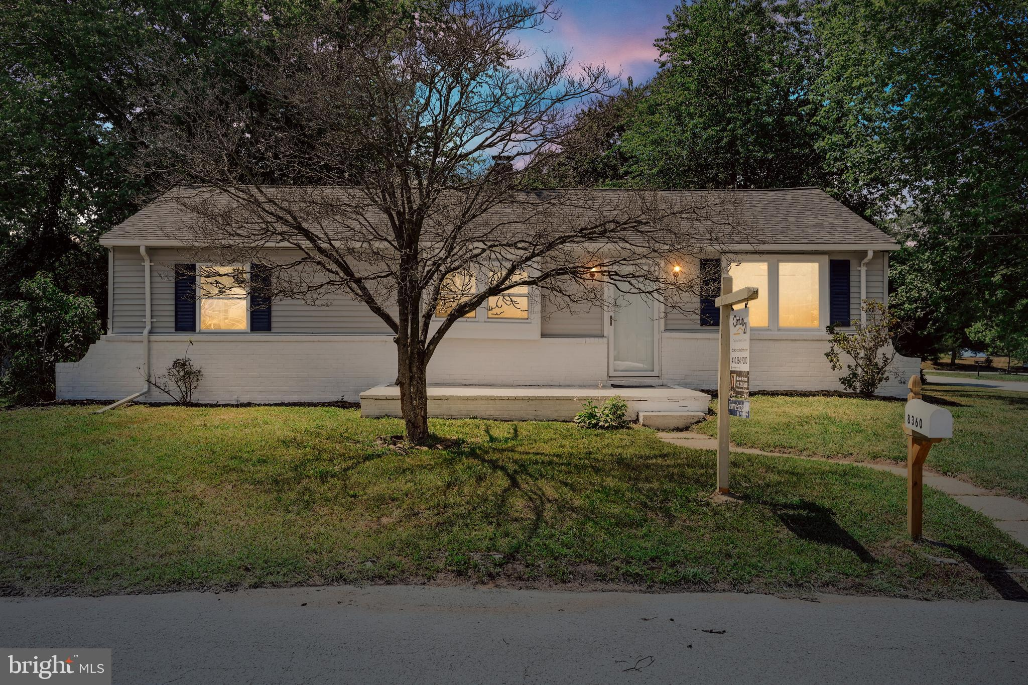 The perfect starter home, or downsize to low-maintenance 1-level living. The home offers 2 bedrooms