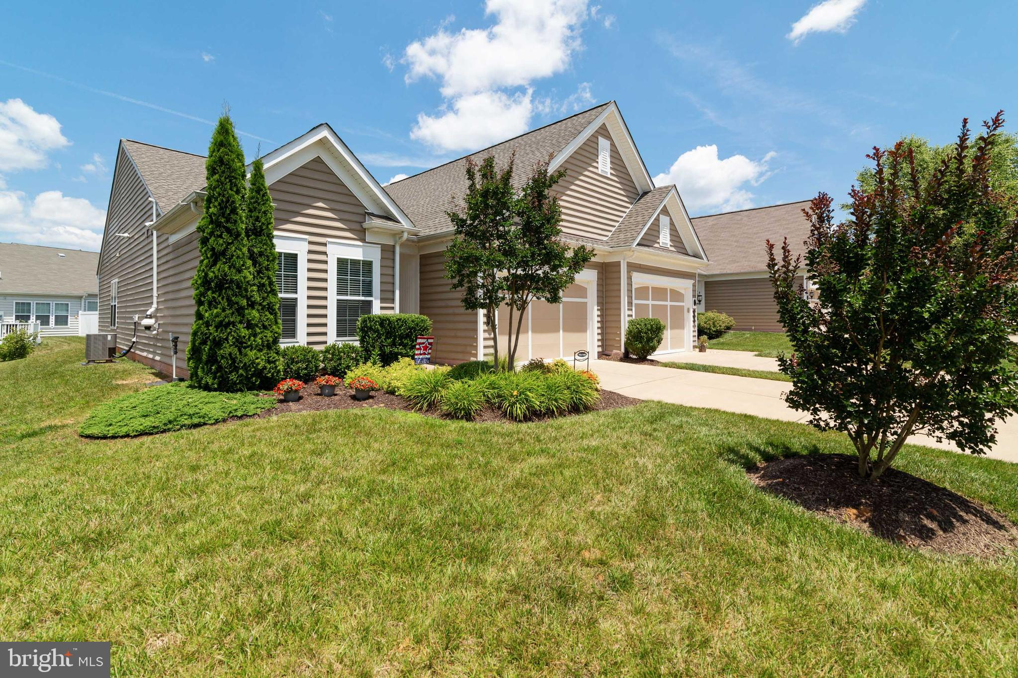 GORGEOUS ACTIVE ADULT VILLA IN DEL WEBB'S CELEBRATE VIRGINIA NORTH! BEAUTIFULLY DESIGNED HOME FEATUR