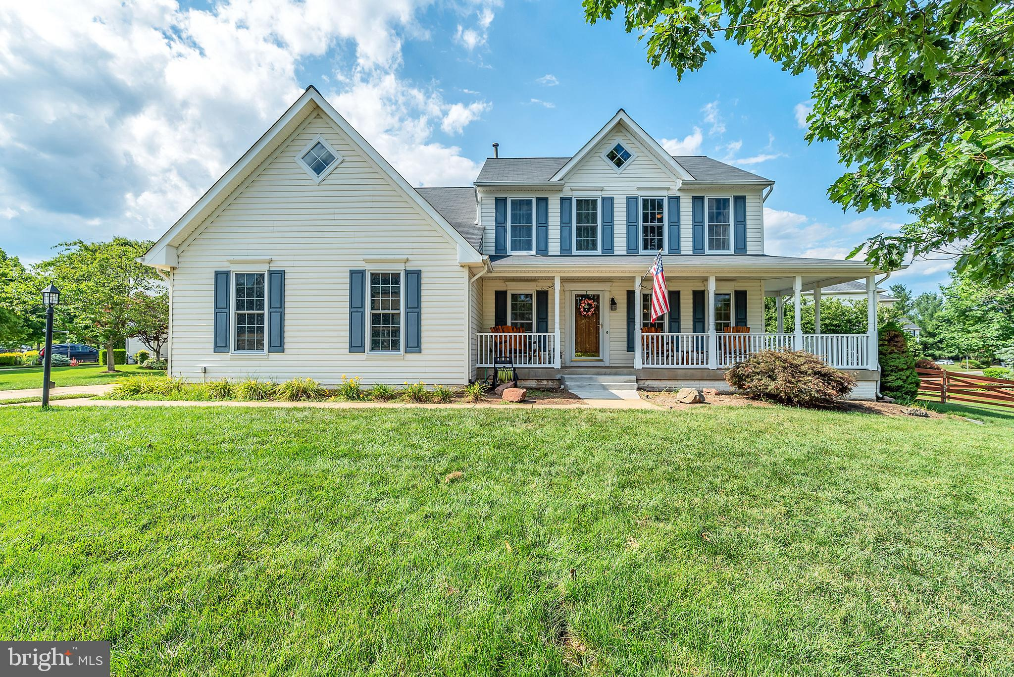 Great 5 Bedroom home w/side load garage and wrap-around porch in the heart of Broadlands/Ashburn! Th