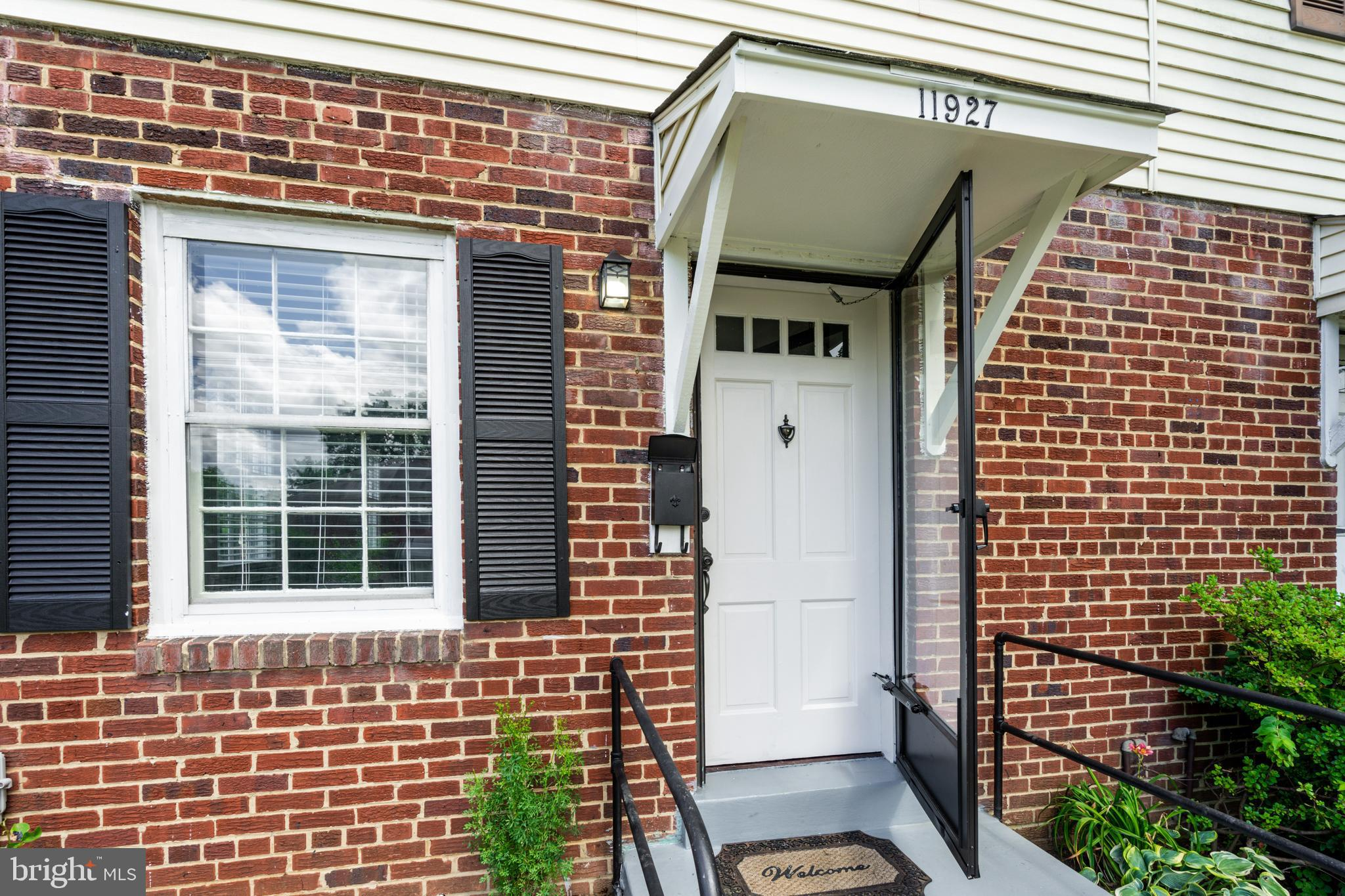 Beautiful, spacious, and bright 3 levels semi-detached in the heart of Silver Spring (duplex style)!