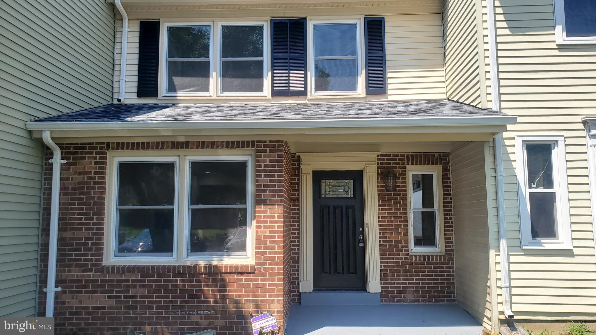 BACK IN MARKET....CONTRACT FELL THROUGH...***Wonderful location, beautiful cozy 3 level townhouse, w