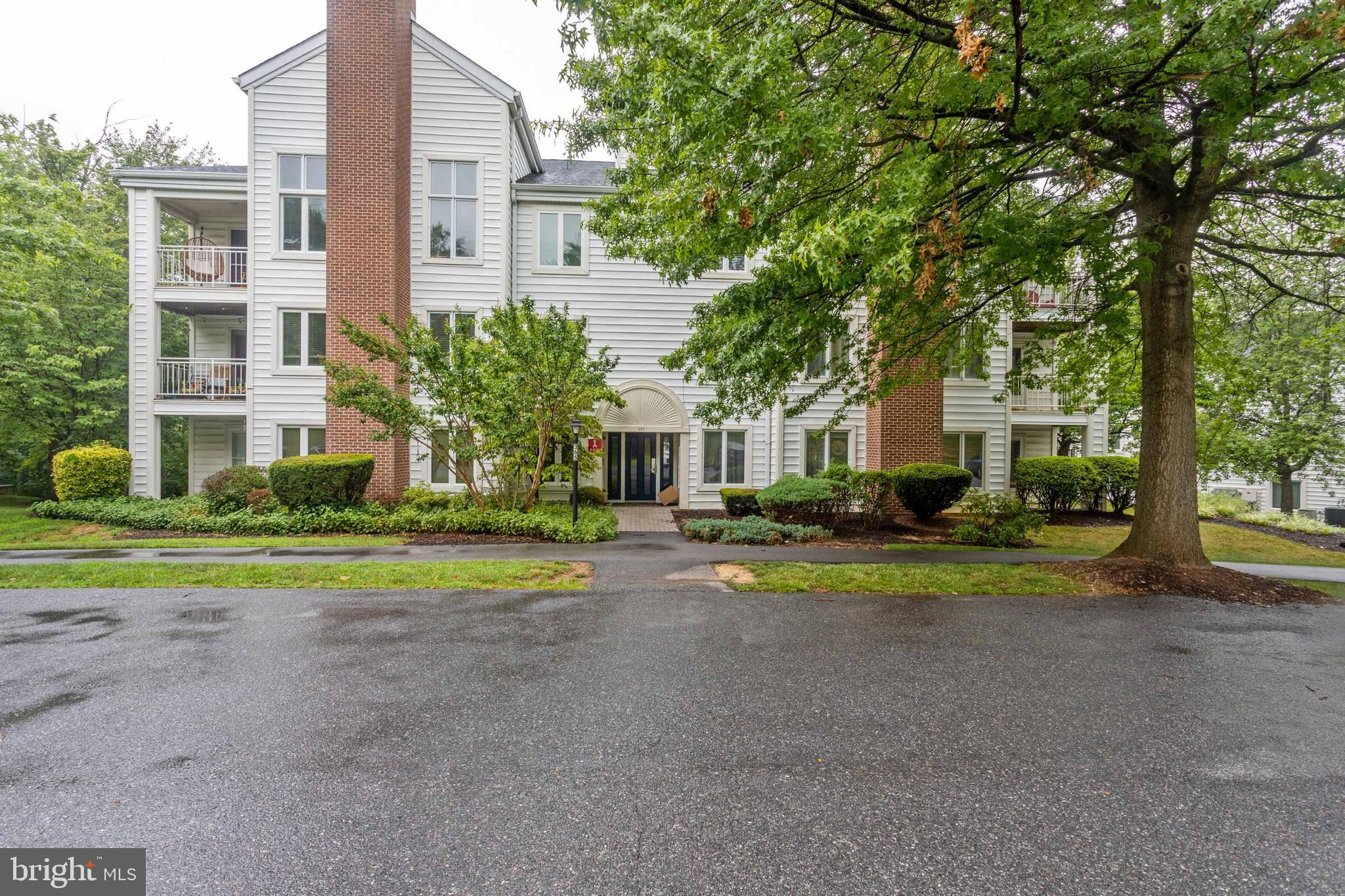 Beautiful, newly renovated 2nd floor condo in Parrs Ridge.  This  condo has recently had many great