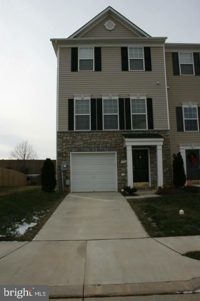 Spacious end unit townhome in very nice neighborhood and location!  Features 3 bedroom, 2.5 baths, g