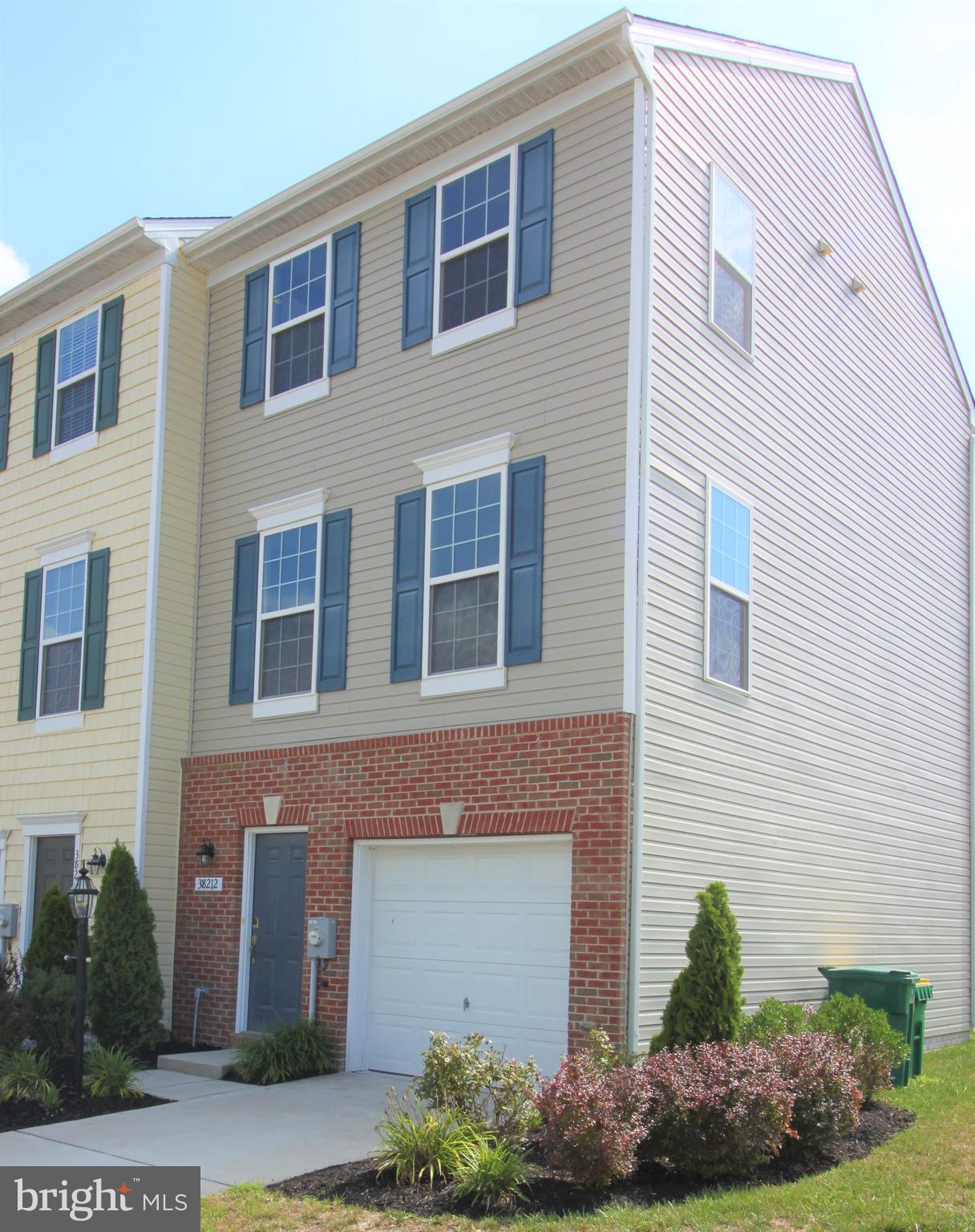 Highly desired END UNIT in amenity rich Plantation Lakes Golf Club community! Fresh paint and new fl