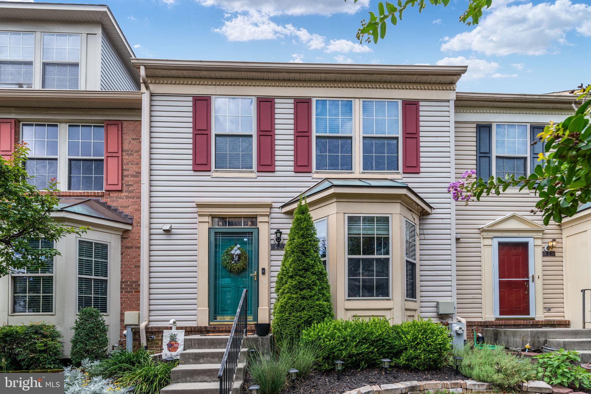 Welcome Home! Must see townhouse in sought after Cromwell Fountain. Brand new carpet installed, fres
