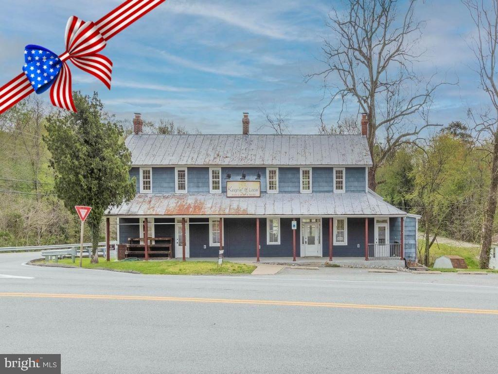 Want to live in a former post office and farmer's market?!!  Welcome to this quaint building zoned i