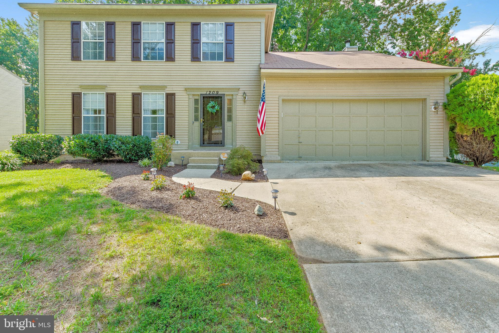 IMMACULATE! 3 Bed 2.5 Bath Colonial in Fort Washington!! Walking in to this home you will notice the