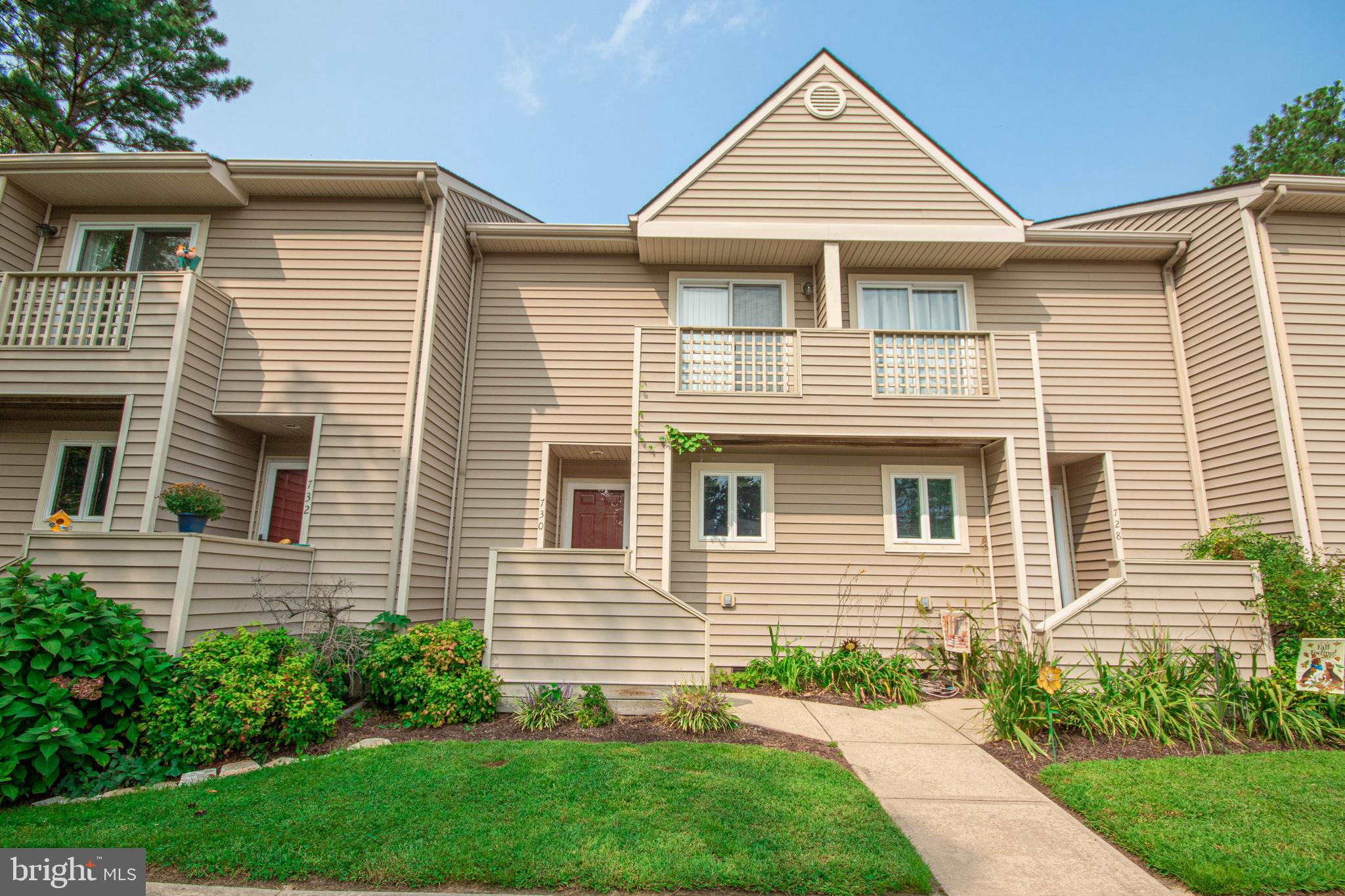 New carpet and Freshly painted 2 bedroom/2 1/2 bath condo unit in the Glade, Tucked away off of Nort
