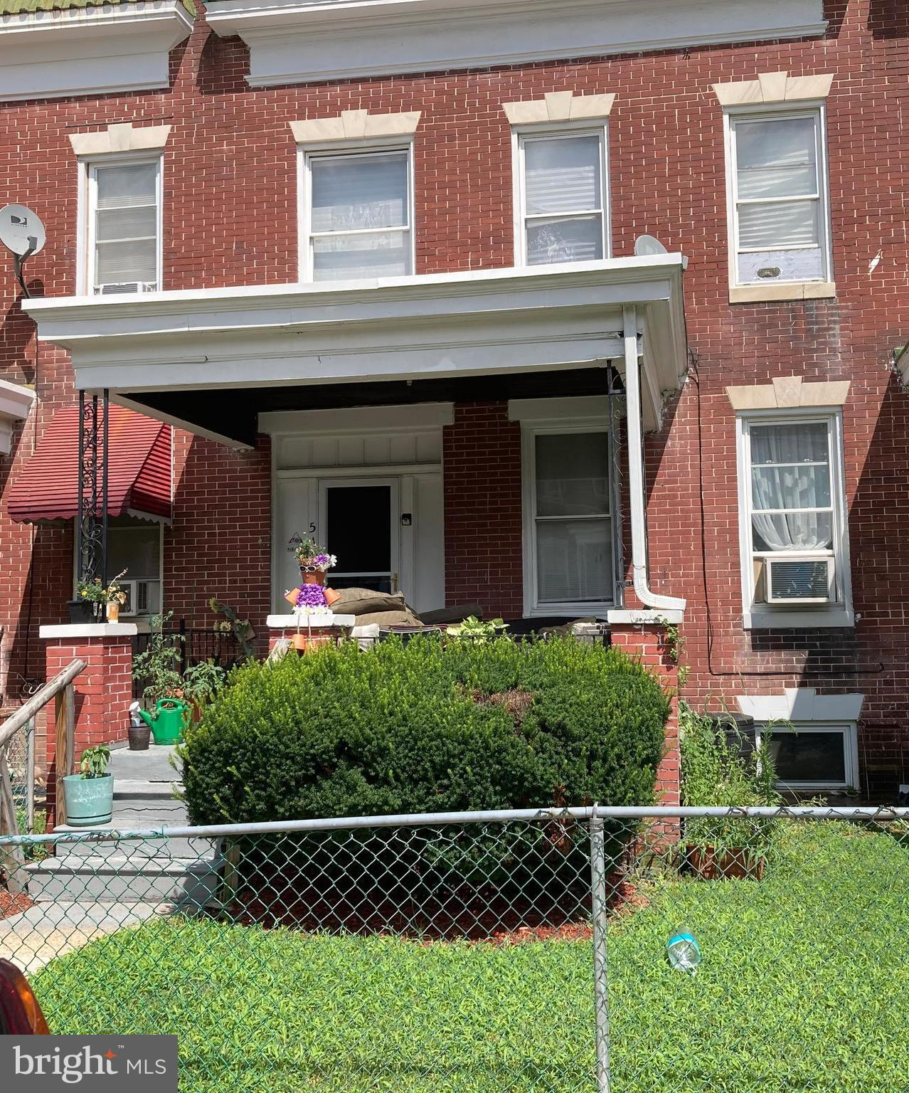 GREAT INVESTMENT OPPORTUNITY!! Large rooms and high ceilings through out. Check the comps! Four bedrooms with den, large basement waiting to be finished. Title work has been completed and cleared. Lead paint certificate. What are you waiting for?!