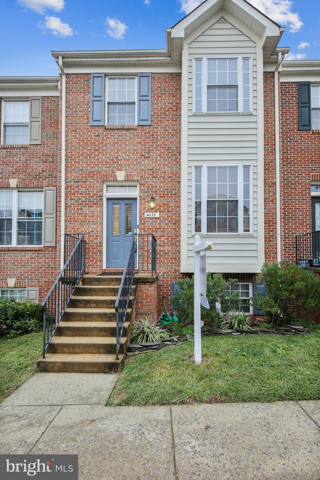 WELCOME HOME!! THIS HOME WON'T LAST LONG!! LOCATION,  LOCATION, LOCATION! TOWNHOUSE WITH 3 BEDS, 3.5