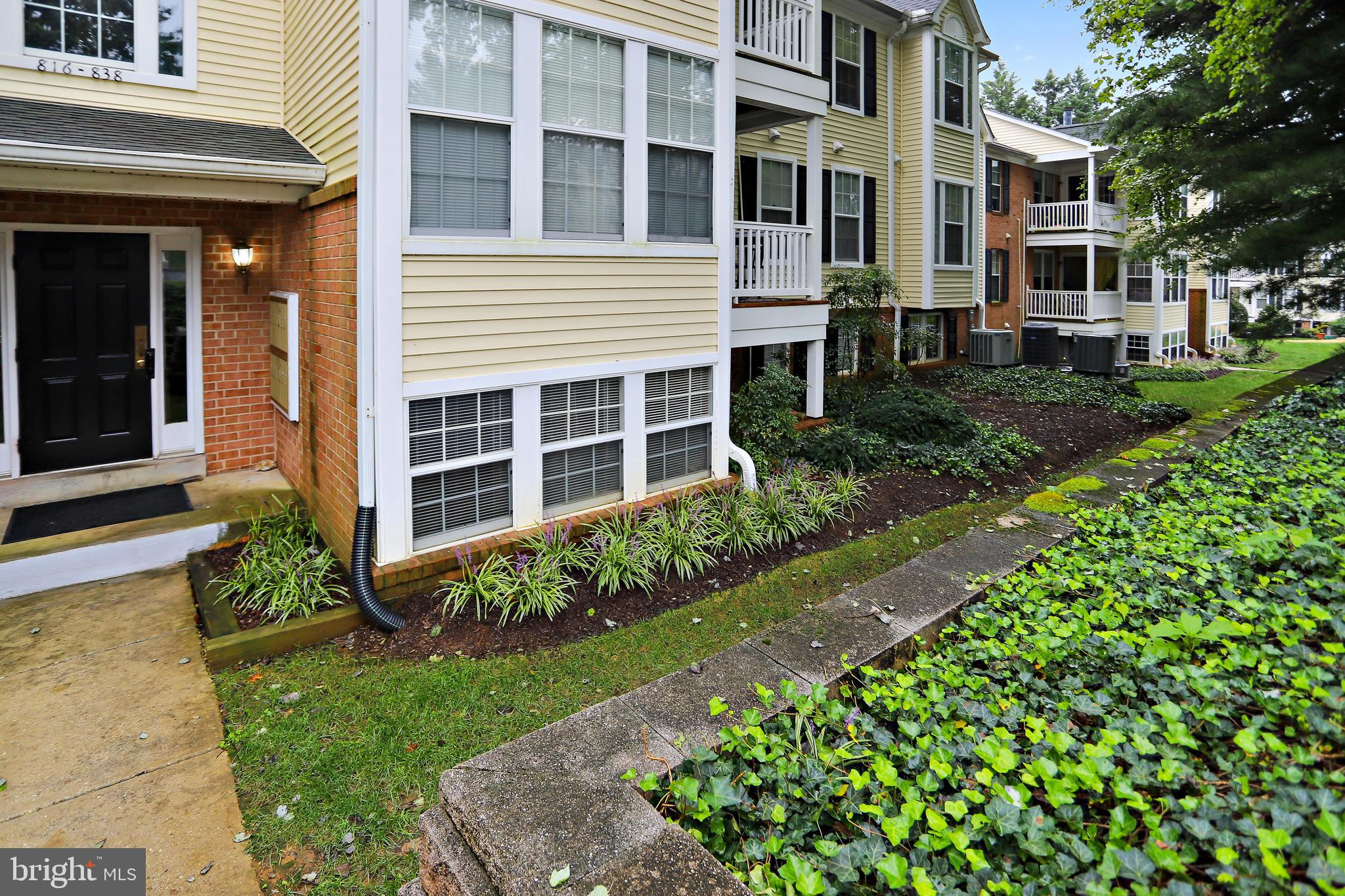 This charming ground level, 2 Bedroom / 1Bath, well maintained condominium,  offers galley kitchen,