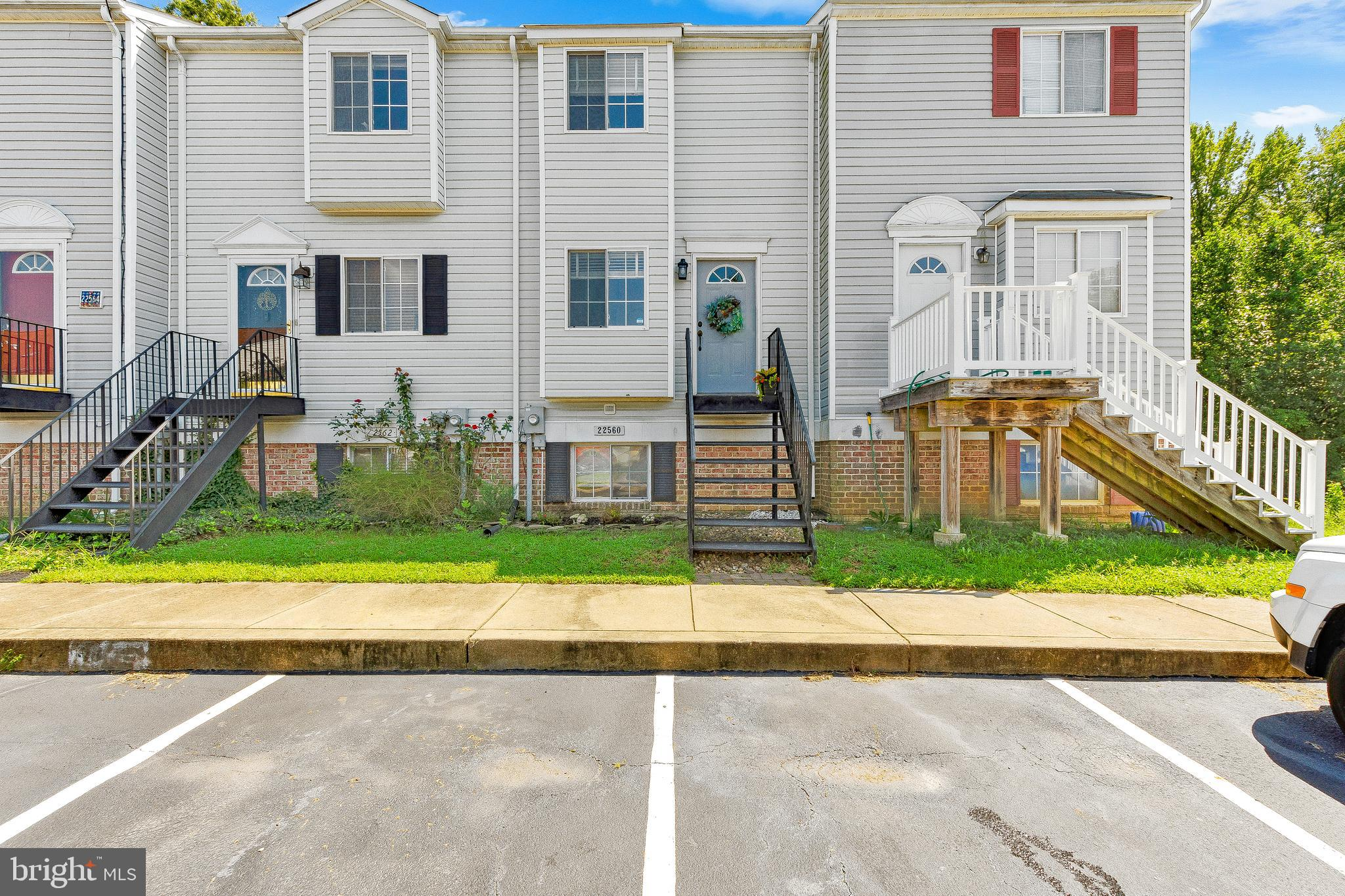 MOVE IN READY!! 2 bedroom 1.5 bath townhouse in Hickory Hills! HOA includes access to many amenities