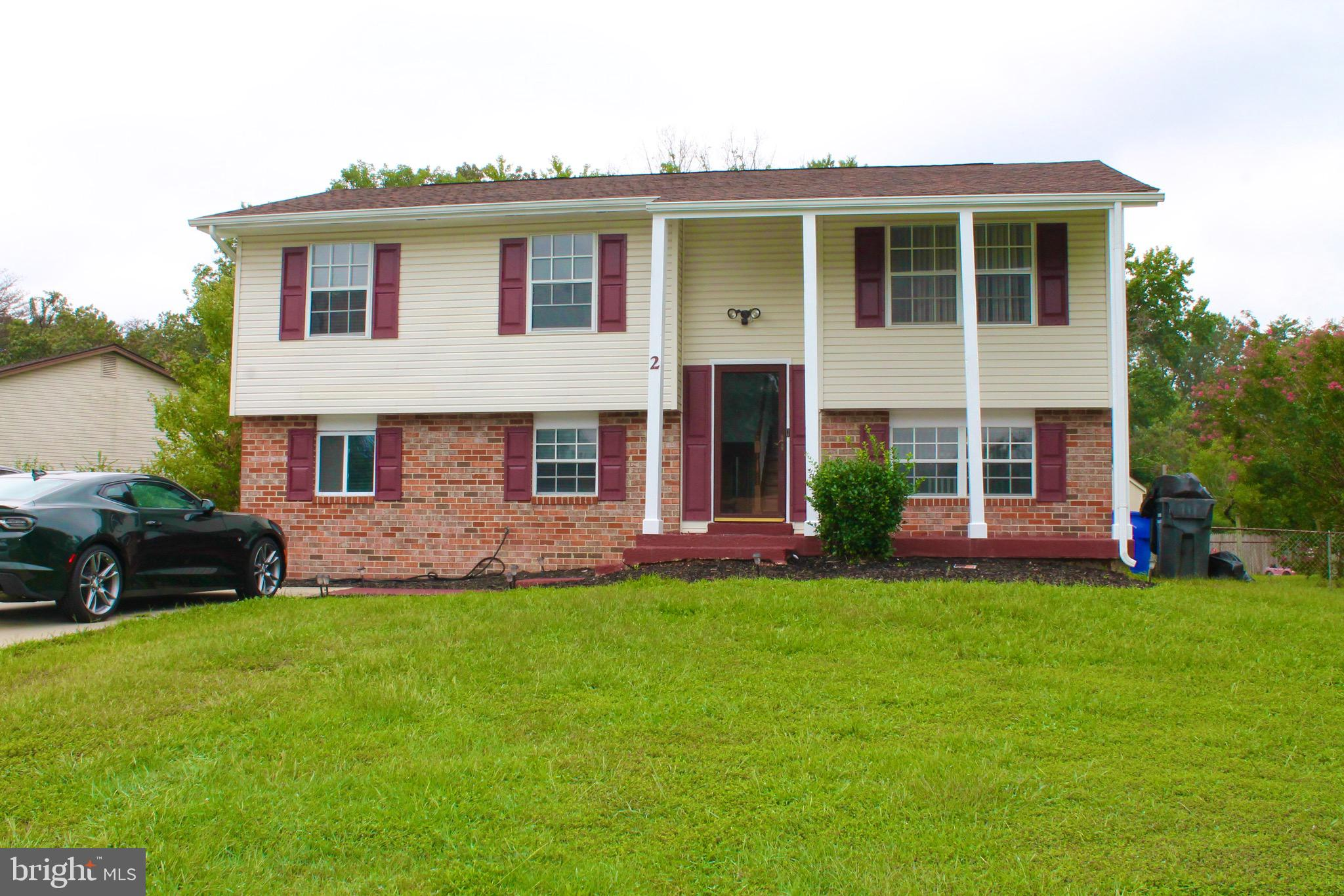 THIS BEAUTIFUL SPLIT FOYER HOME W/WHITE COLUMNS IS LOCATED ON A 1/4 ACRE CORNER LOT. IT FEATURES HAR