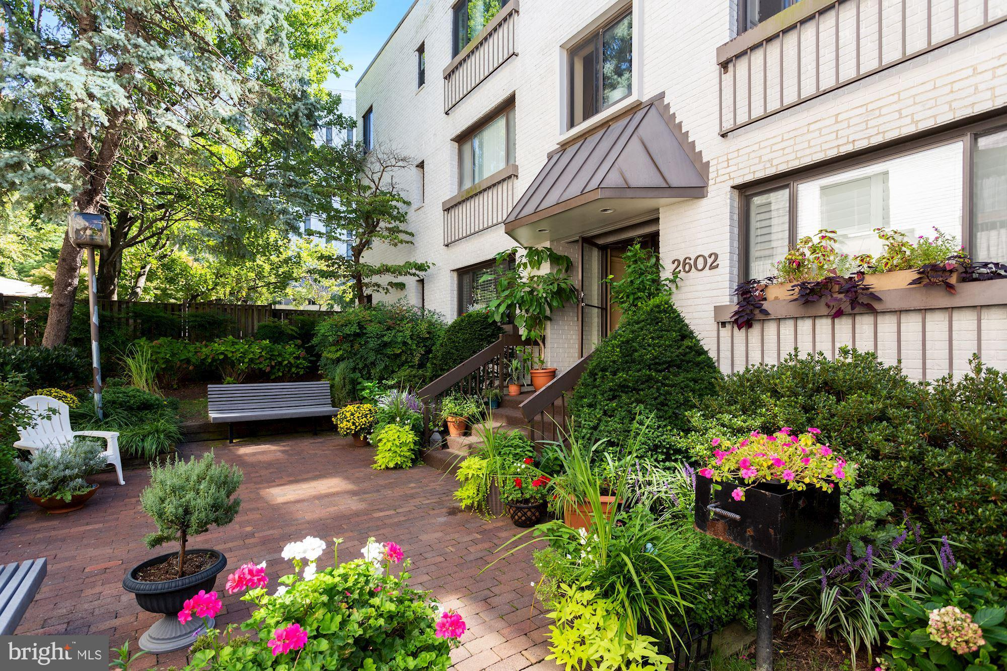 Updates galore in this rarely-available 1-bed, 1-bath unit in Georgetown North condominiums, a garde