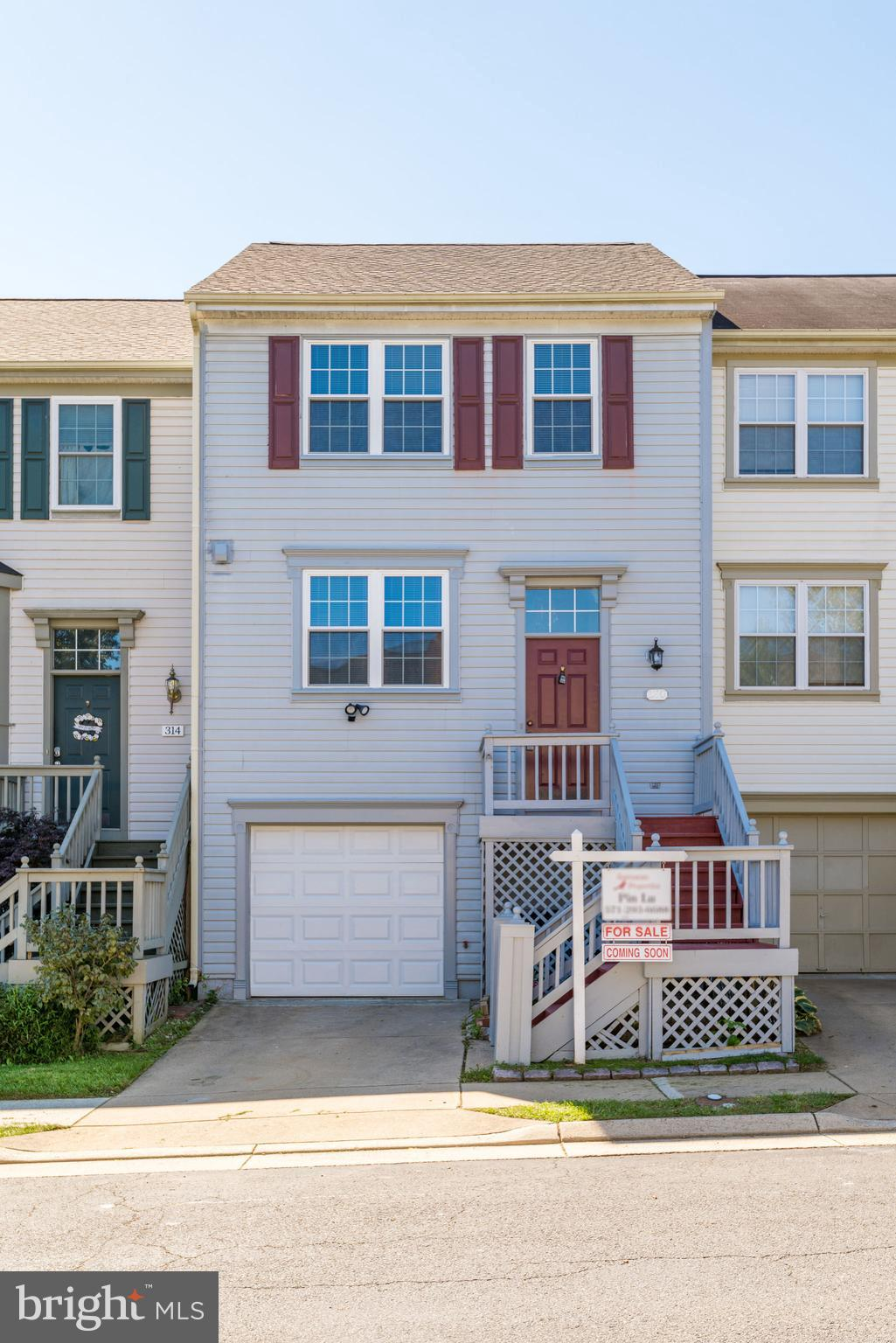 Extremely well maintained 3 levels townhome in the heart of Purcellville. Great location. Hardwood f