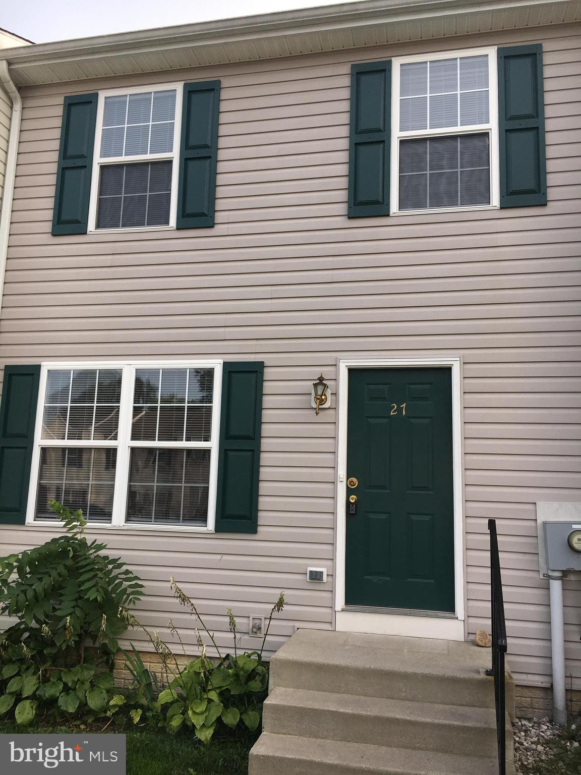 Townhome located in Bunker Hill . Convenient to interstate. Townhome features, open floor plan on ma
