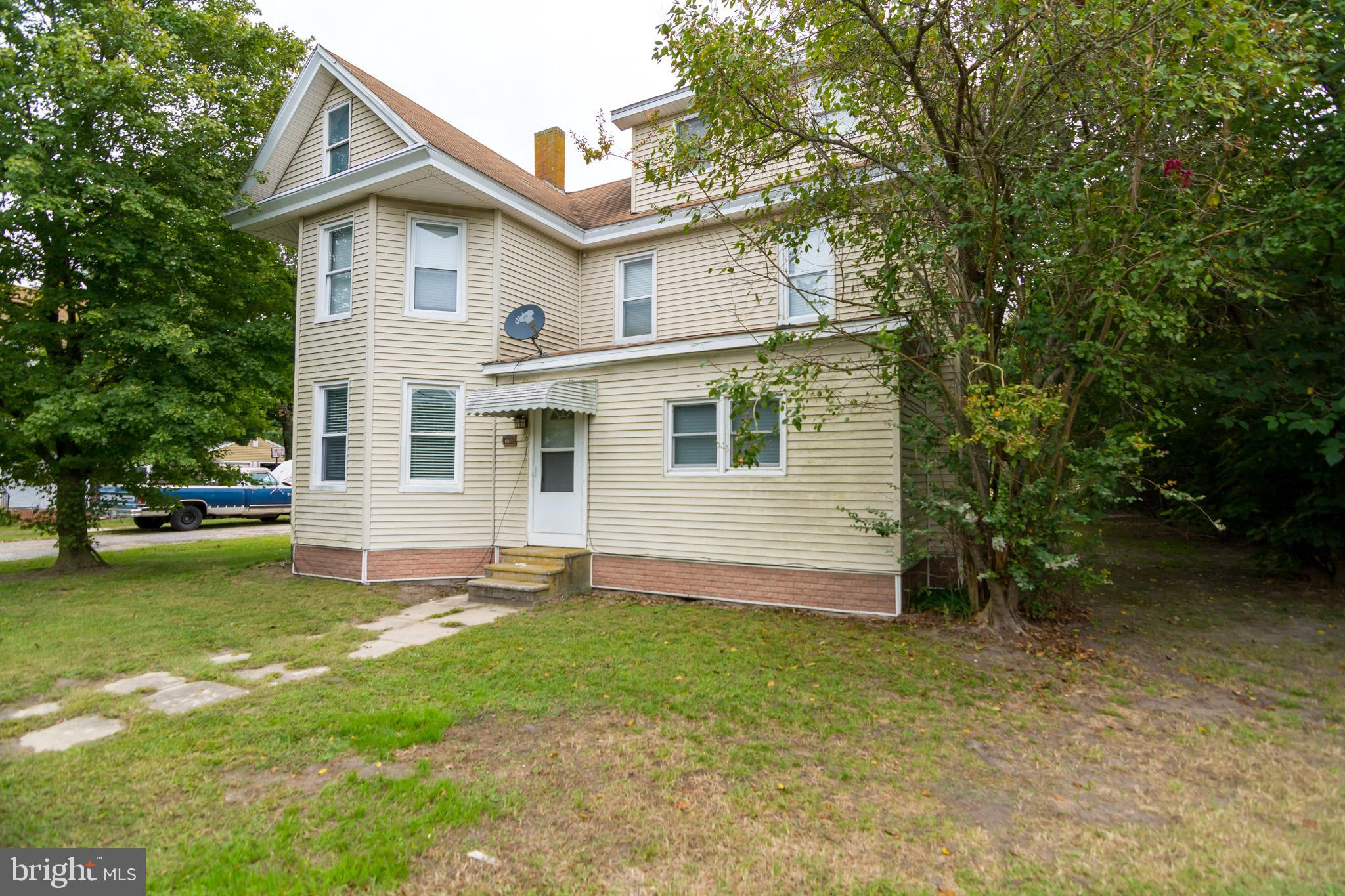 ***HANDY MAN SPECIAL*** This charming colonial home outside of the bustling town of Salisbury and le