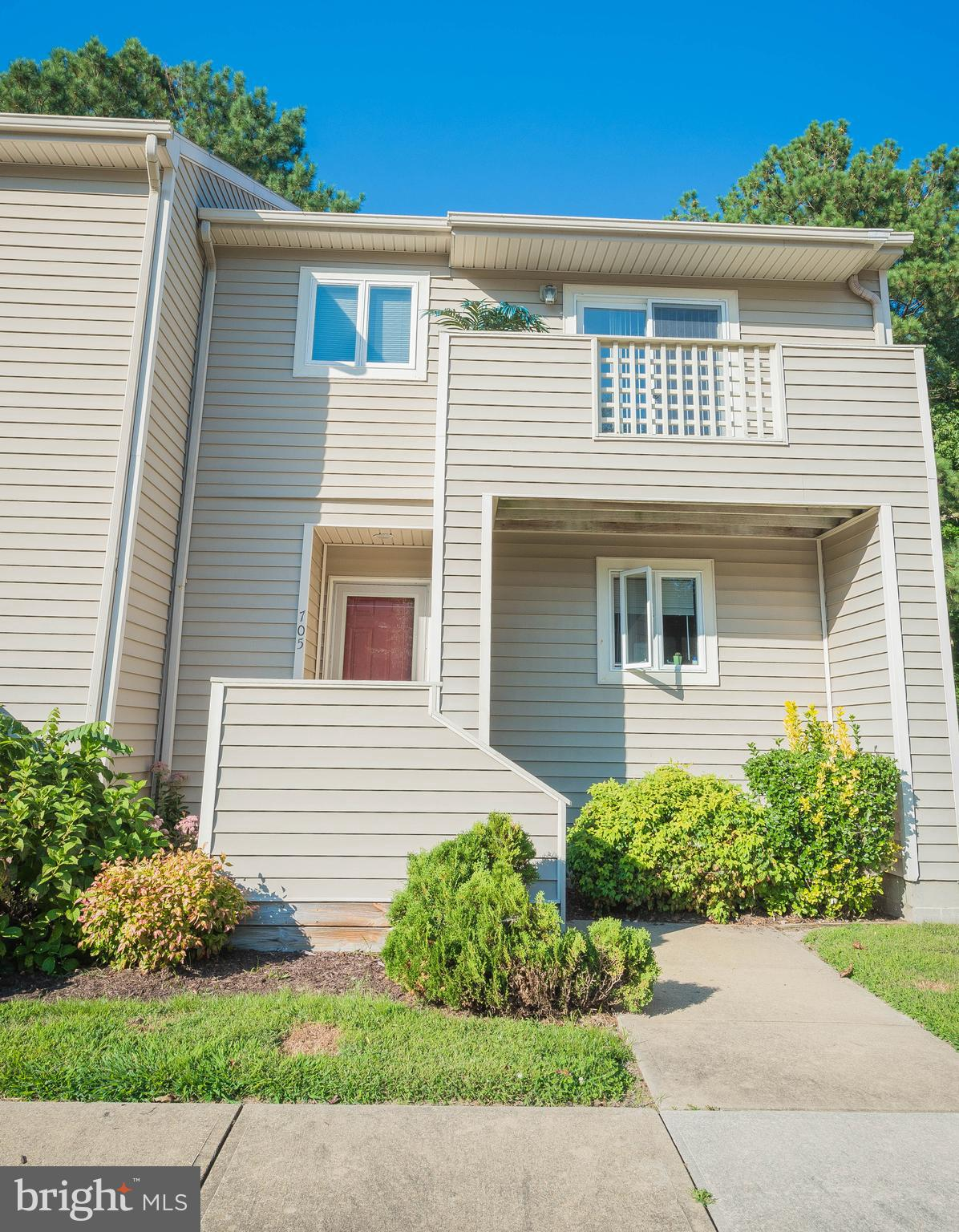 Turn Key 3 bed 2.5 bath END UNIT in the Glade community. This condo features a large master bed room