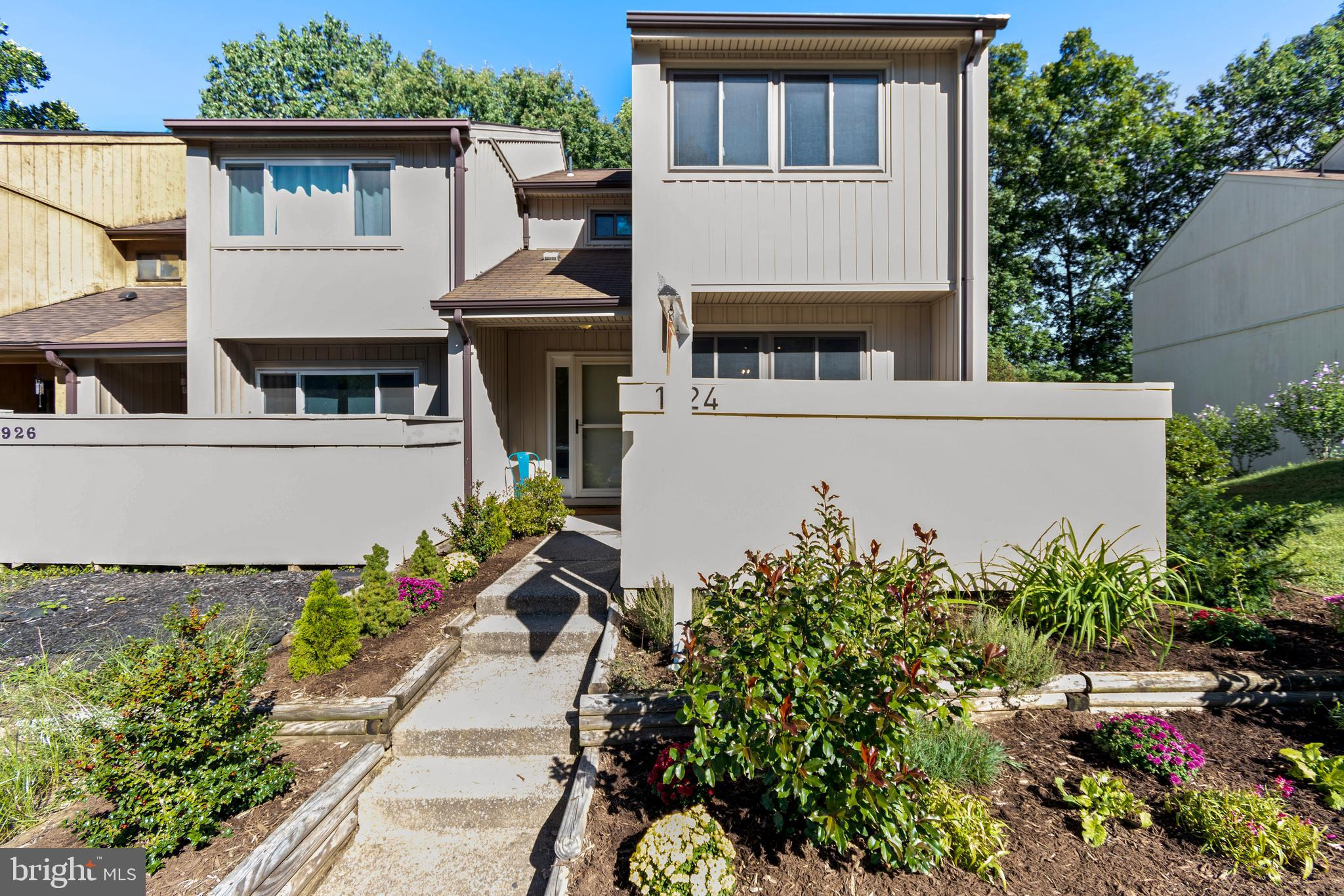 Large light filled, end unit, 3br/2.5ba townhouse w/ over 1,900 sqft of living space with front encl
