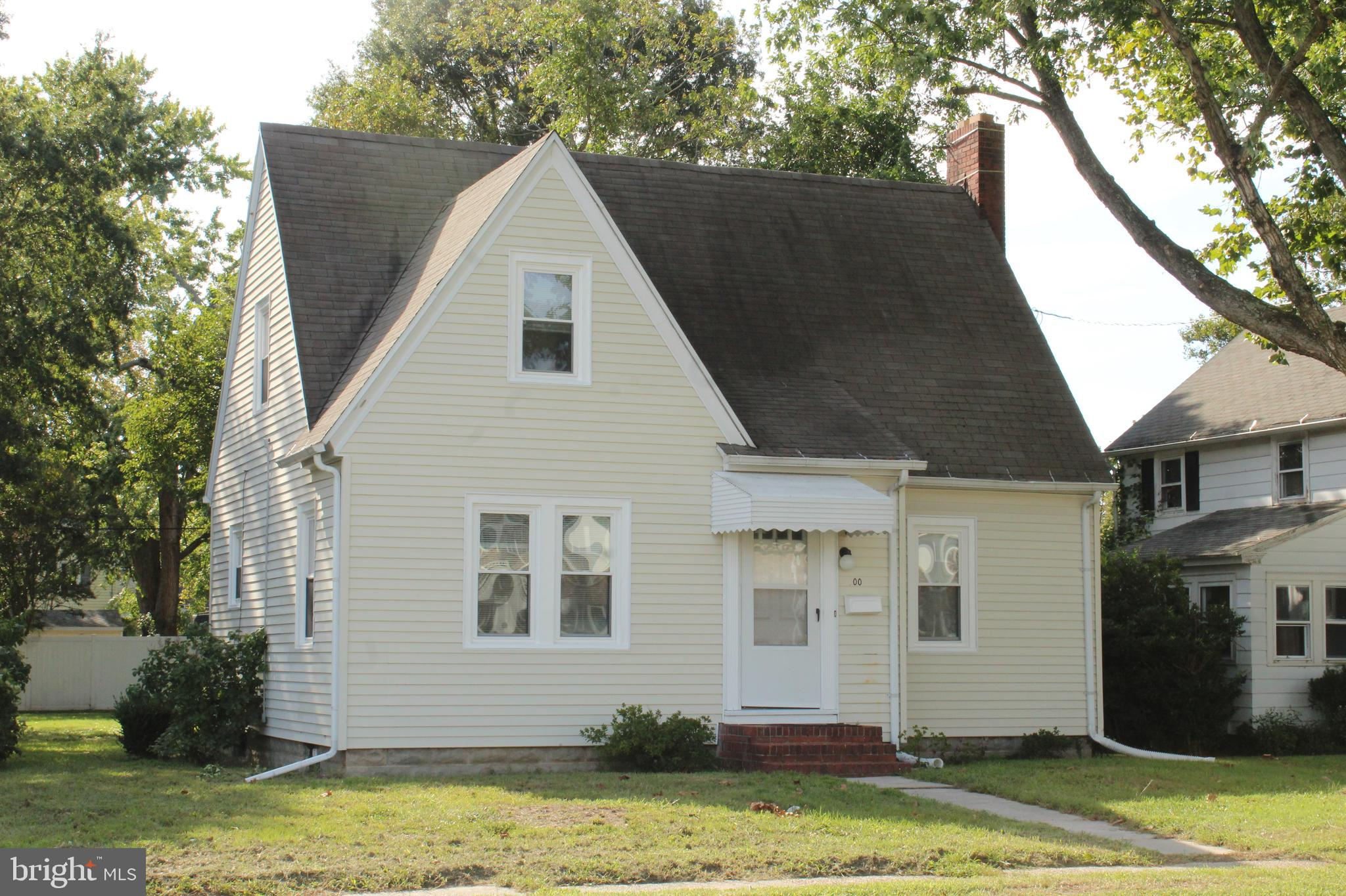 Just the right amount of space, 2bd/2ba Cape Cod w/basement on corner lot.  Large intown lot with of