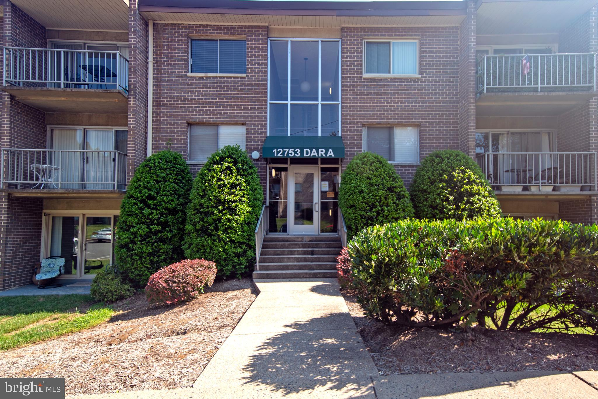 Welcome Home to this lovely turn key unit in Occoquan with the option for GROUND LEVEL ENTRY.  Walki