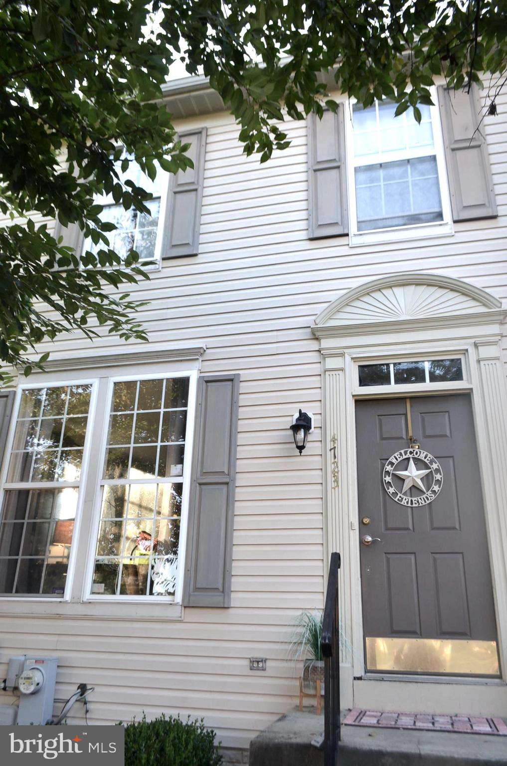 Great Opportunity  Vista Gardens end unit townhouse 3 bedrooms 2.5 baths Large open floor plan with
