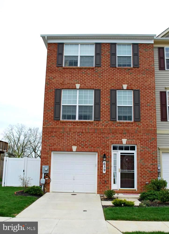 Open Sat 9/26 12-2pm & Sun 9/27 1-3 pm!  Spacious & Gracious rarely available End-of-Group Townhome