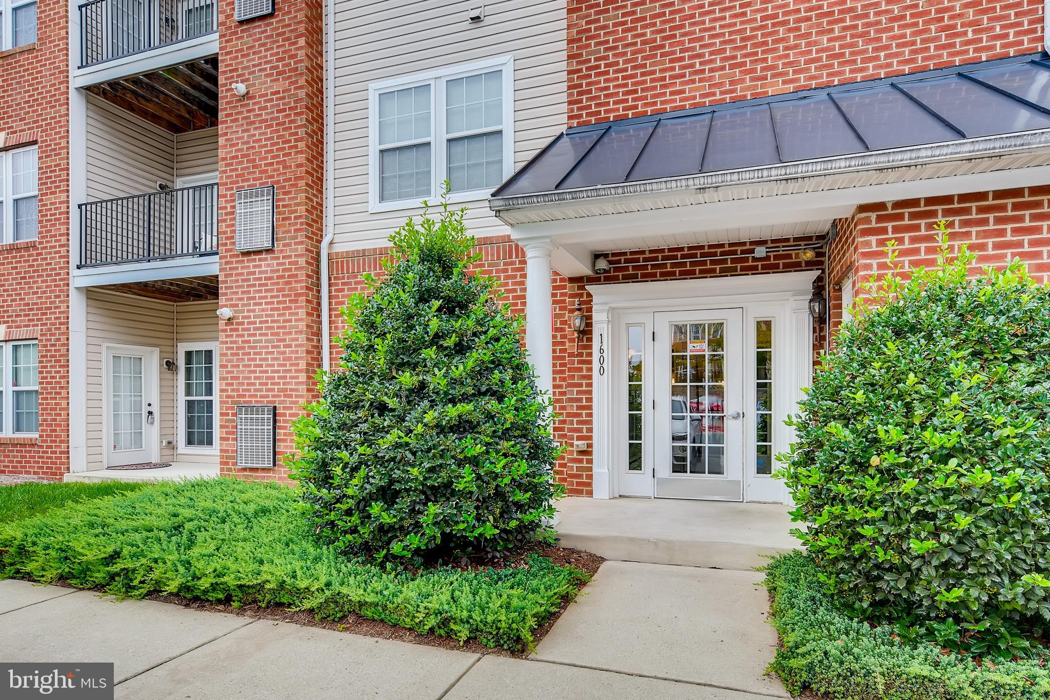 Absolutely perfect, move in ready first floor condo in Stoney Run.  This first floor unit has beauti