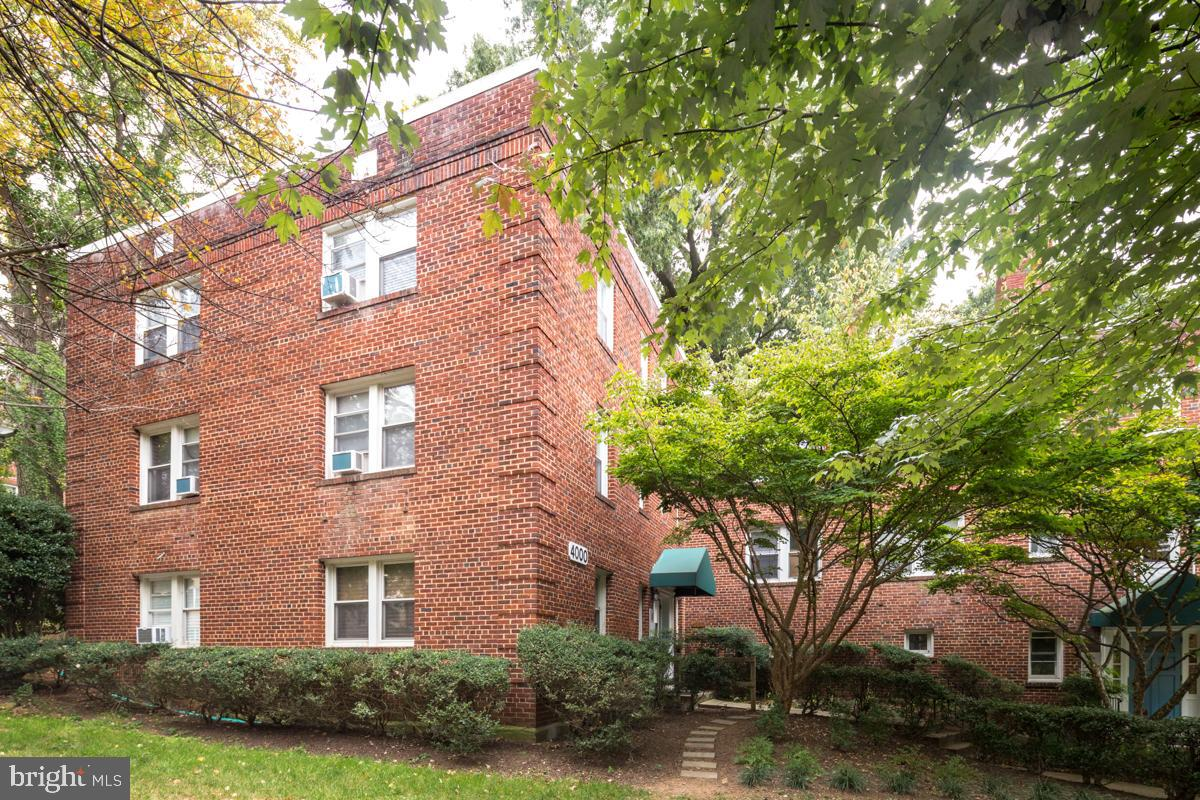 Located in the heart of Glover Park!  This bright and sunny top floor apartment offers cheery living