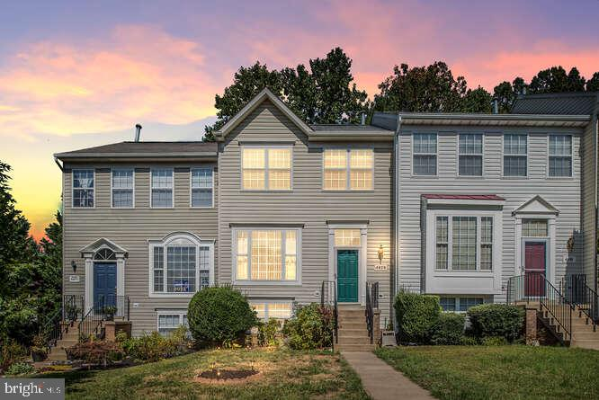 Come See This Beautiful Town Home in Lakecrest Community! Minutes from 95, Quantico and Prince Willi