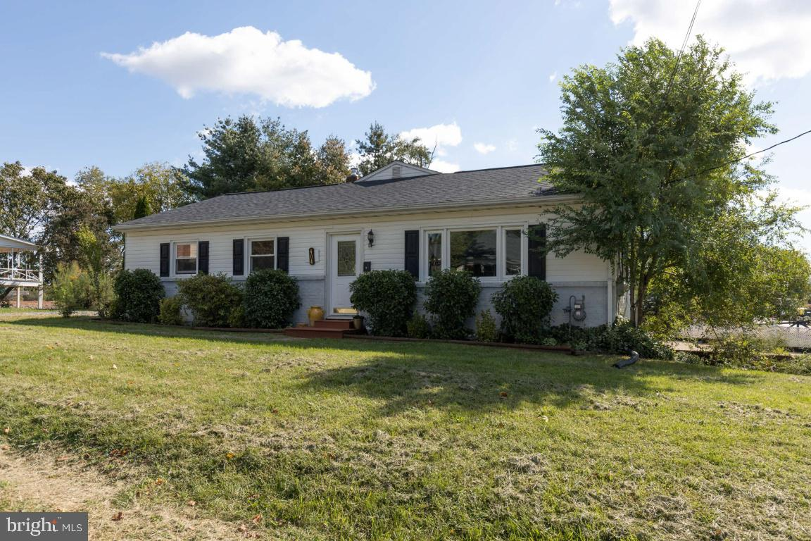 Be the first to see this lovely downtown Berryville home! Ready to be shown on Tuesday 10/06! This i